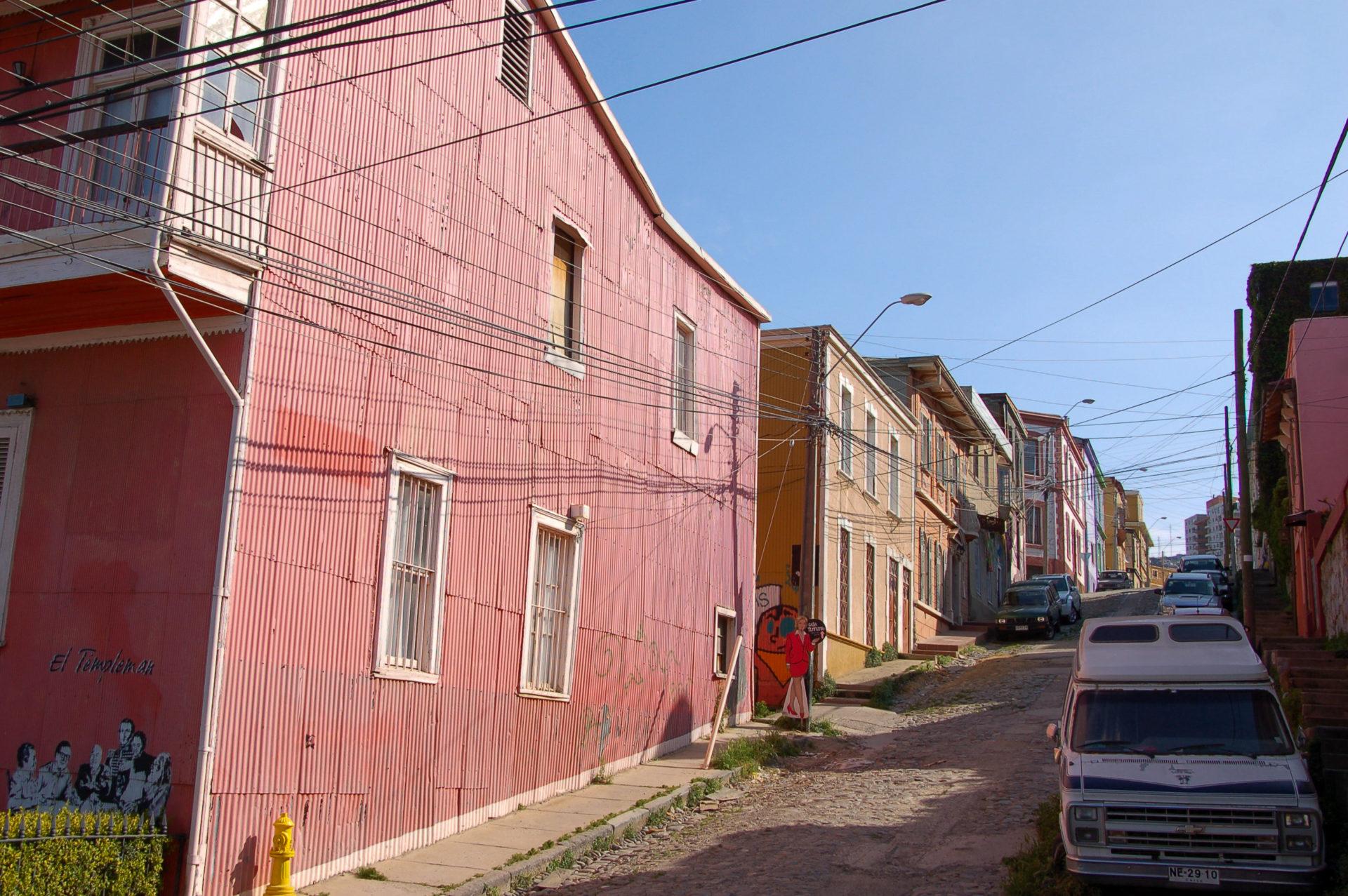 Bunte Häuser und Stromleitungen am Cerro Allegre in Valparaiso sehen chaotisch aus