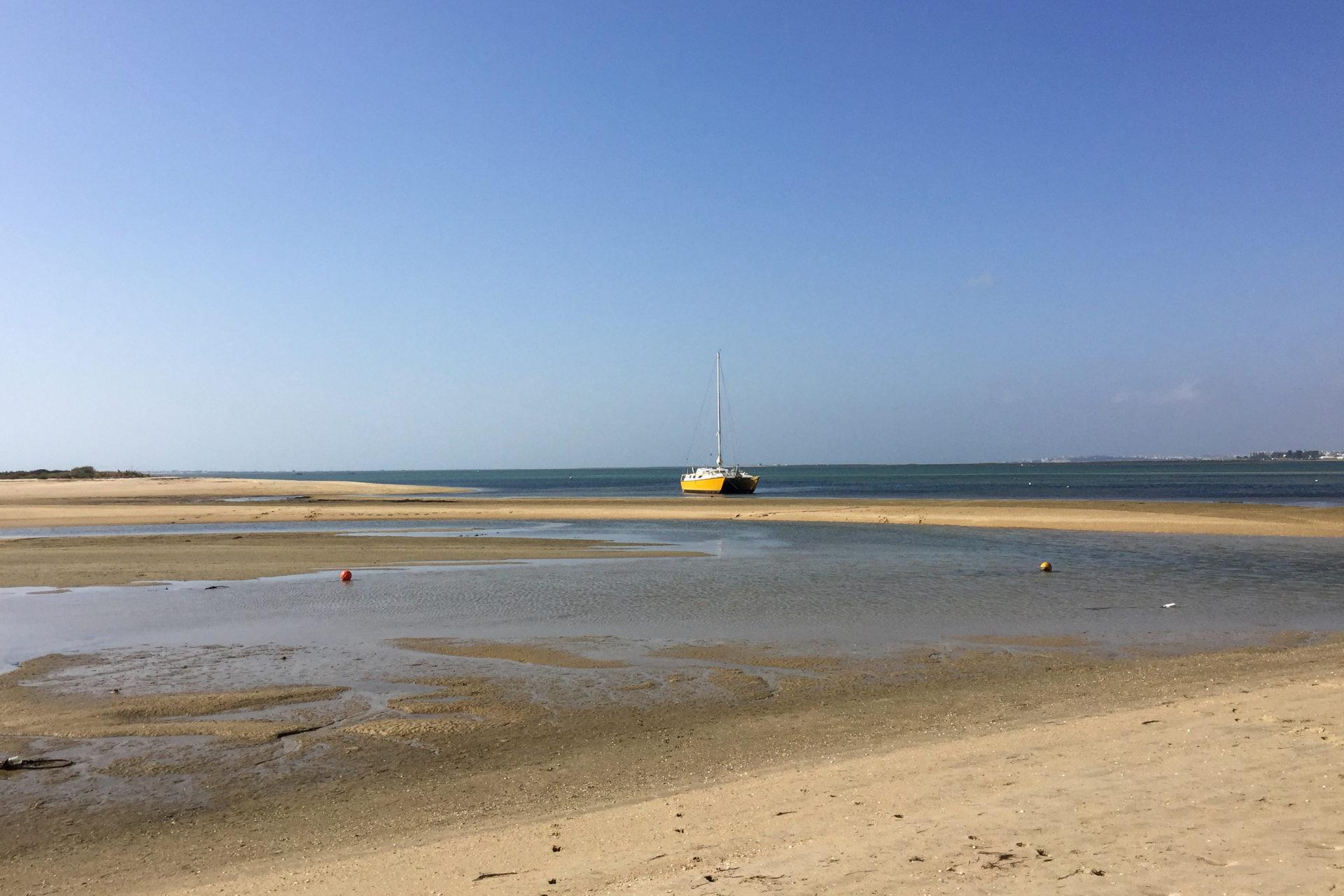 Katamaren mit Sandbank an der Algarve