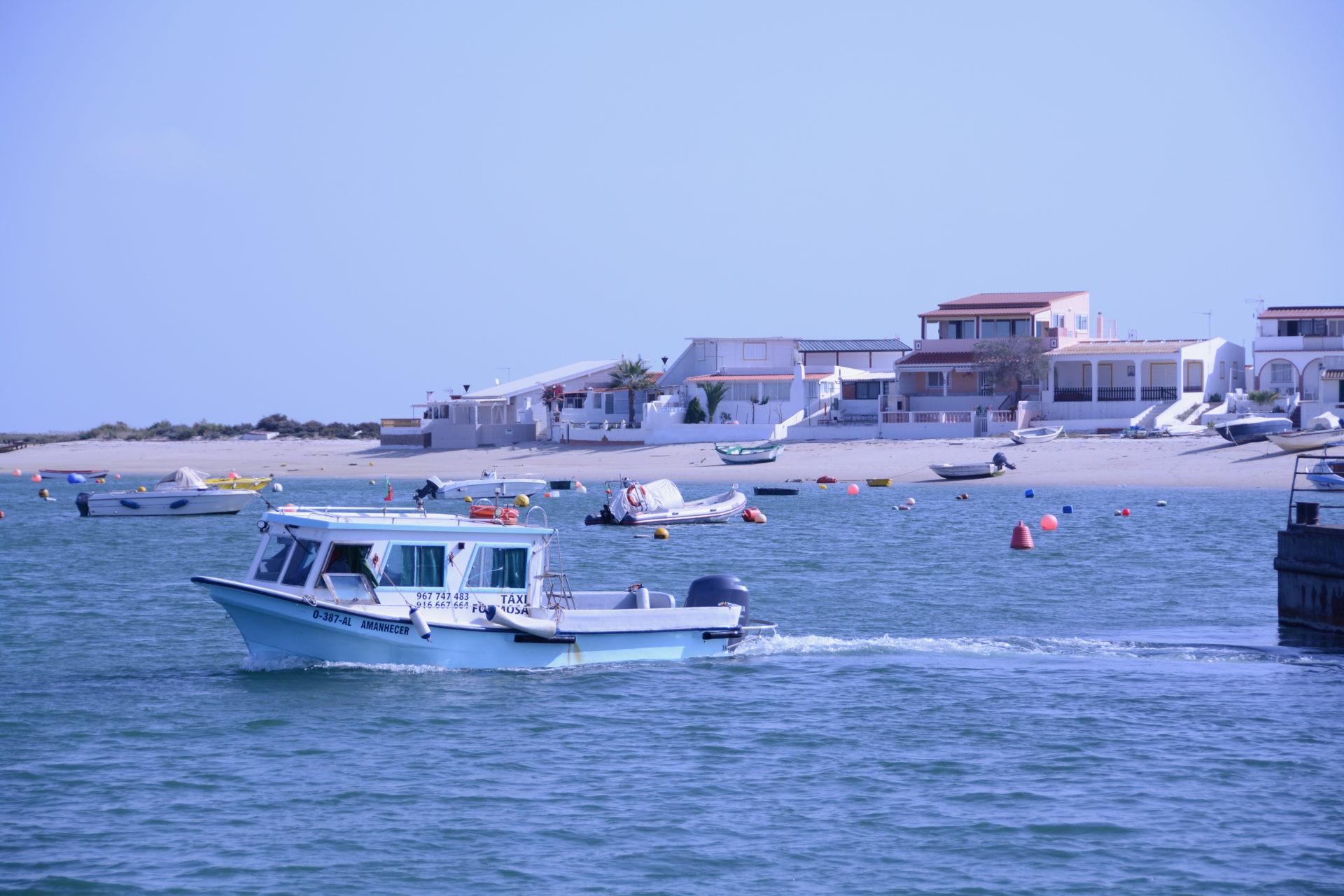 Boot mit Strandhäusern auf der Ilha da Culatra