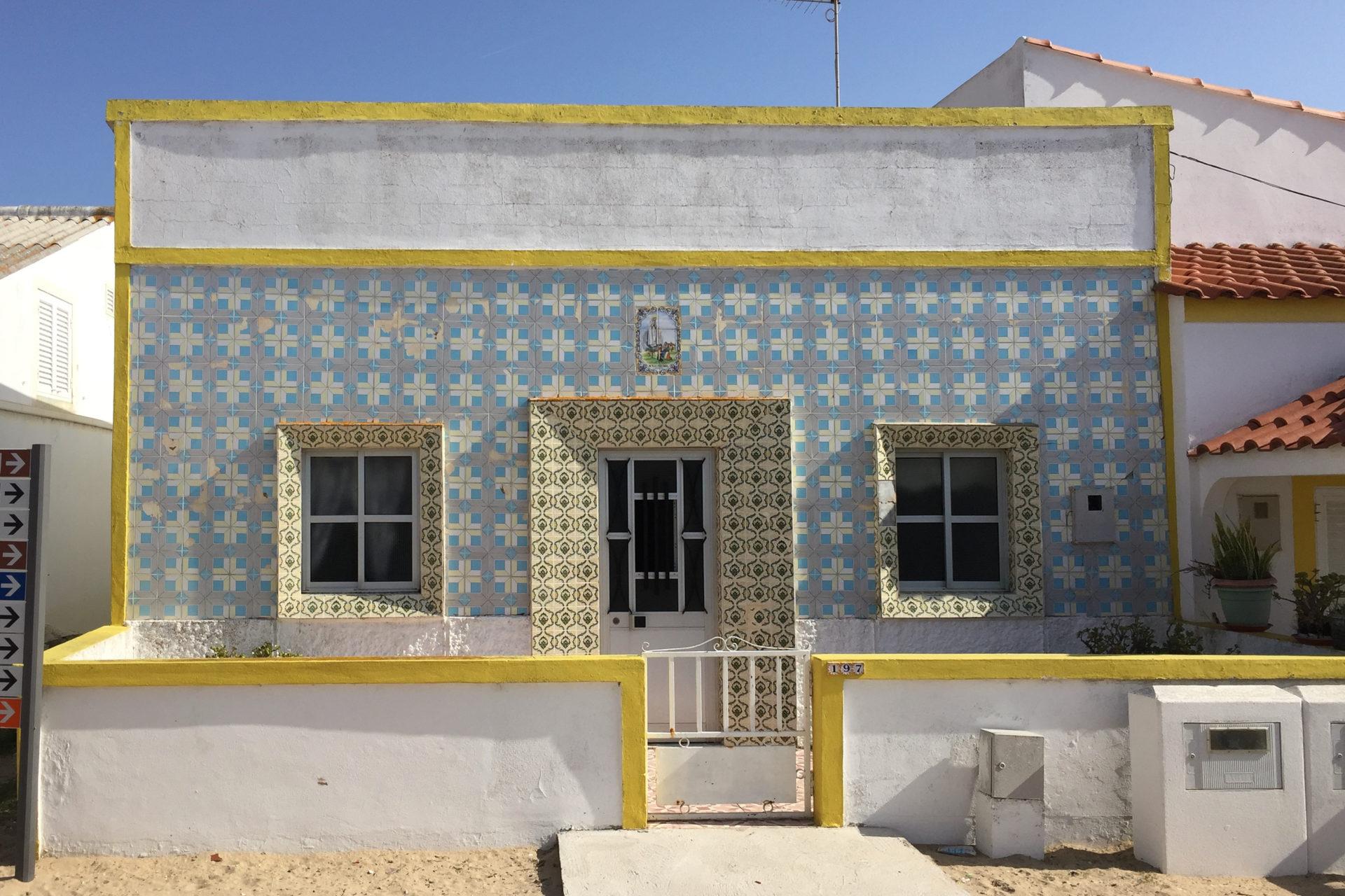 Wohnhaus mit Azulejos an der Algarve
