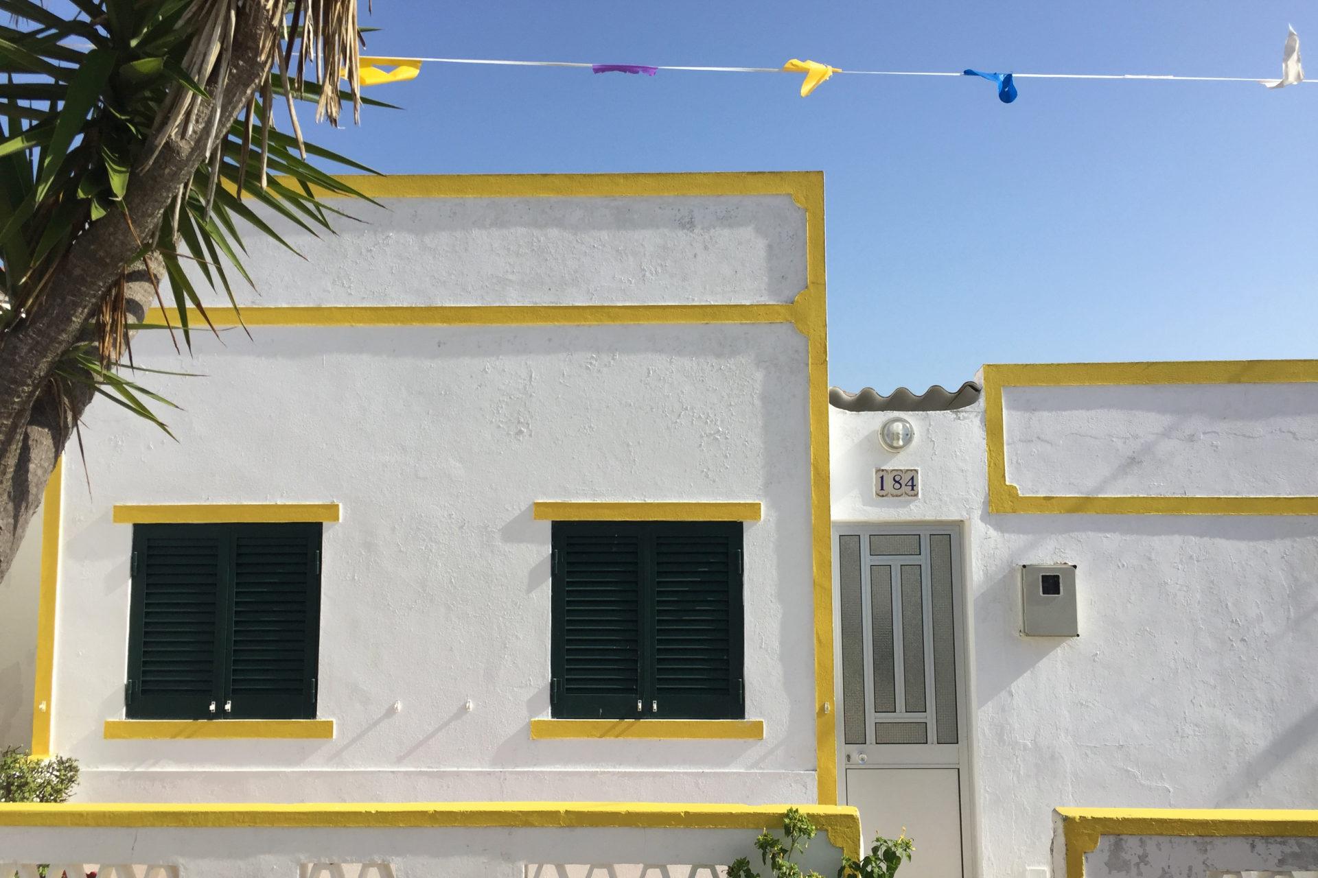 Wohnhaus mit gelber Fensterumrandung an der Algarve