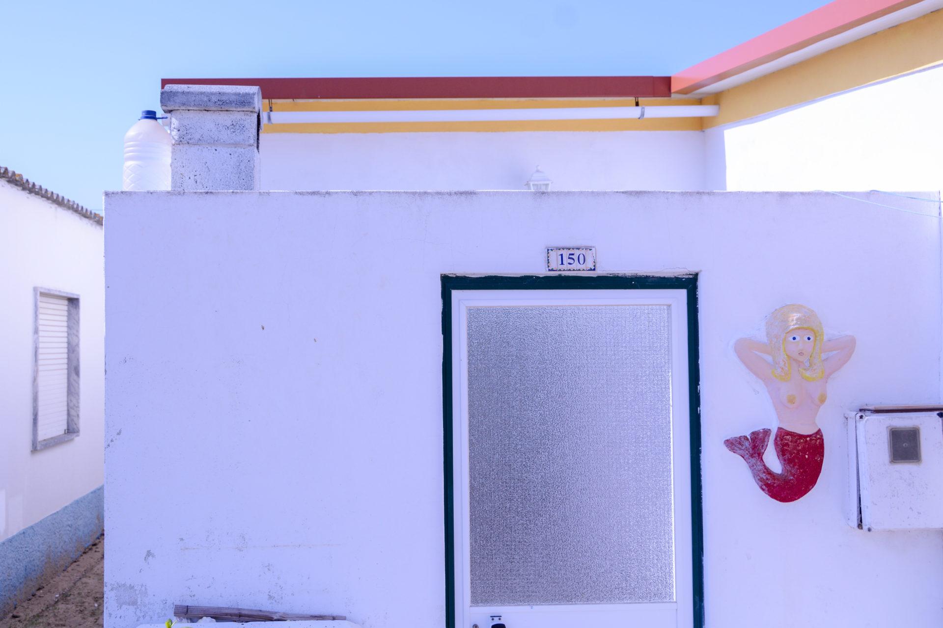 Hauseingang mit Meerjungfrau auf der Ilha da Culatra