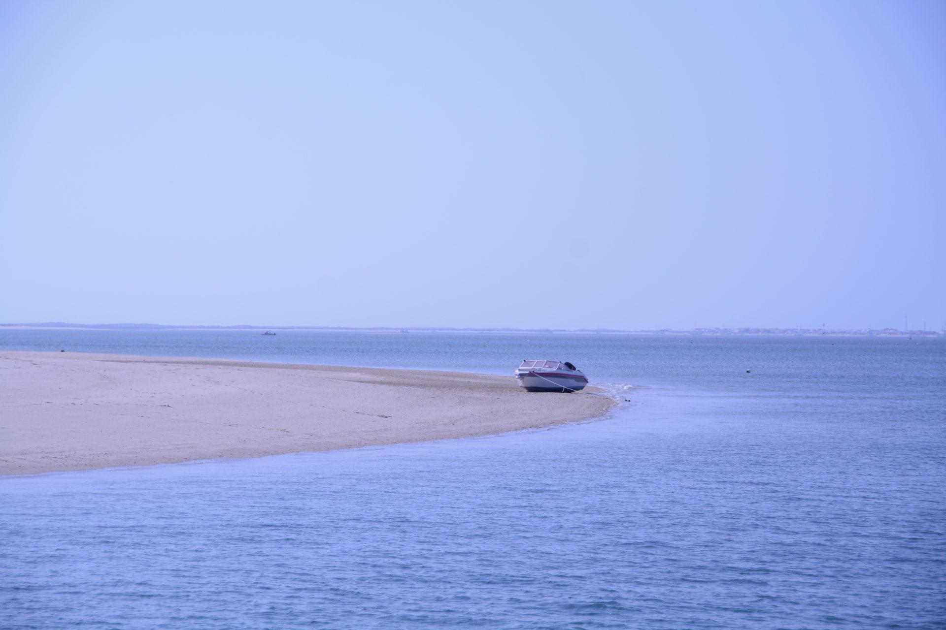 Boot auf einer Sanbank an der Algarve