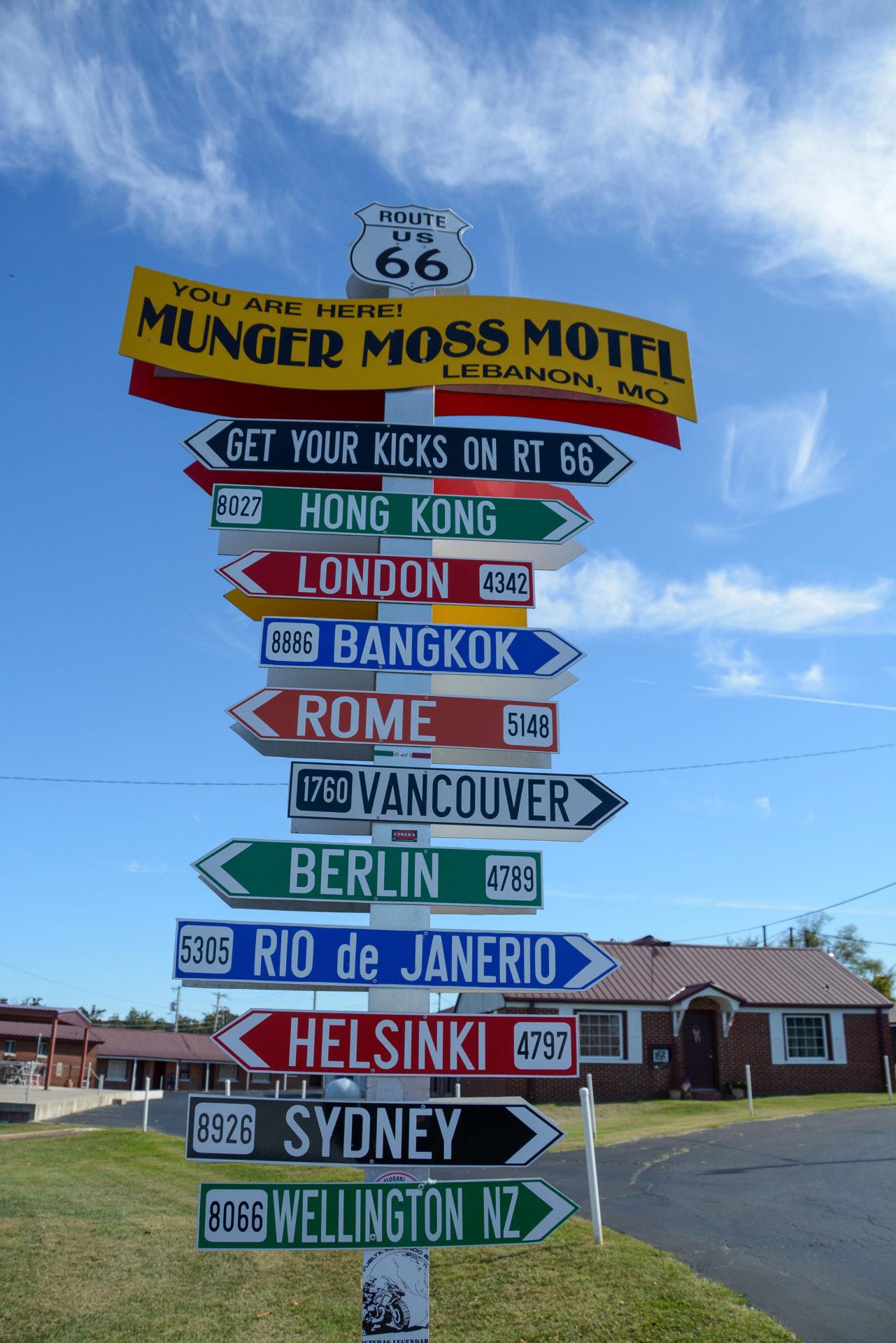 Kilometercharts Schild beim Munger Moss Motel in Cuba, Missouri