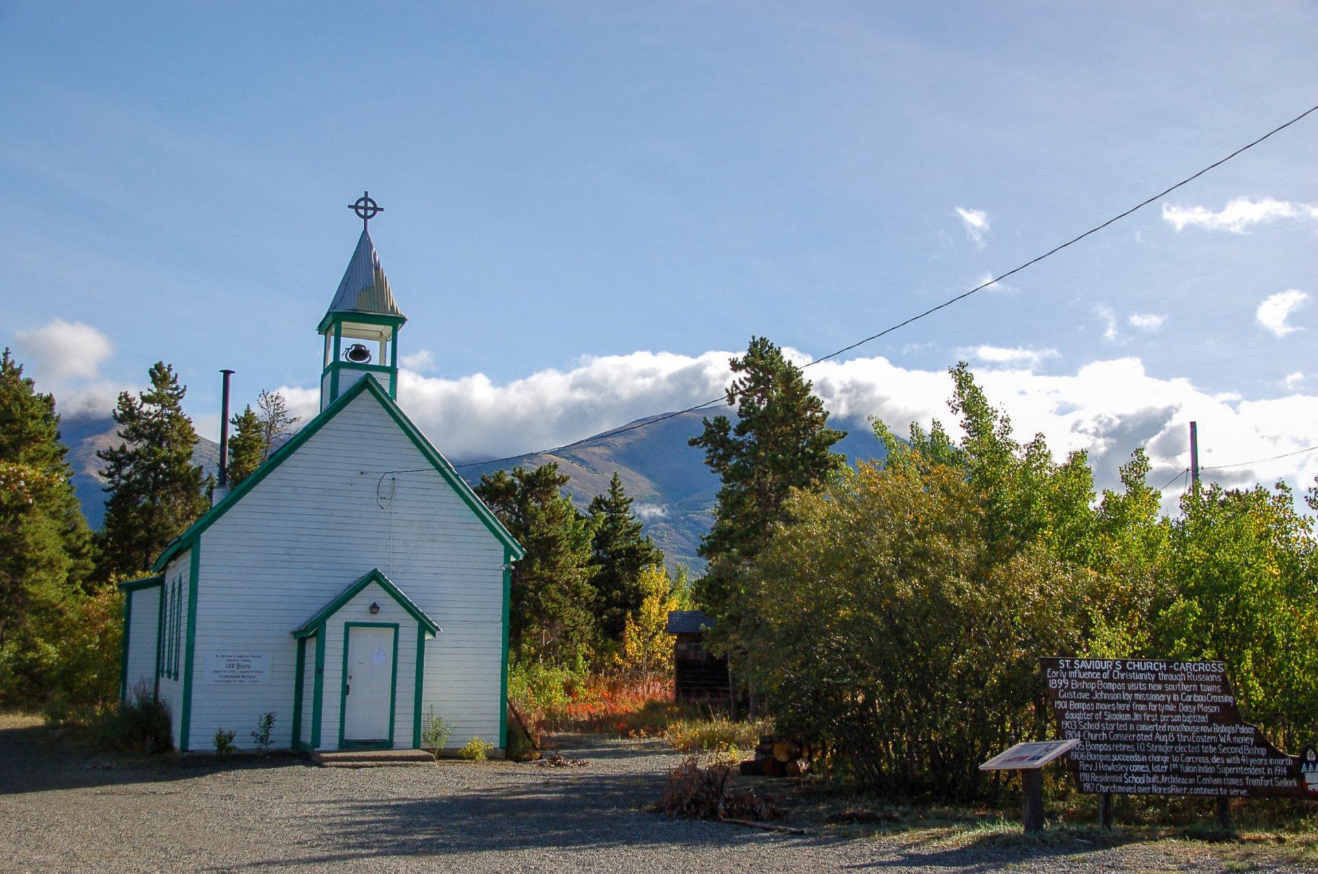 Eine alte Holzkapelle am Rande von Carcross Desert im Yukon