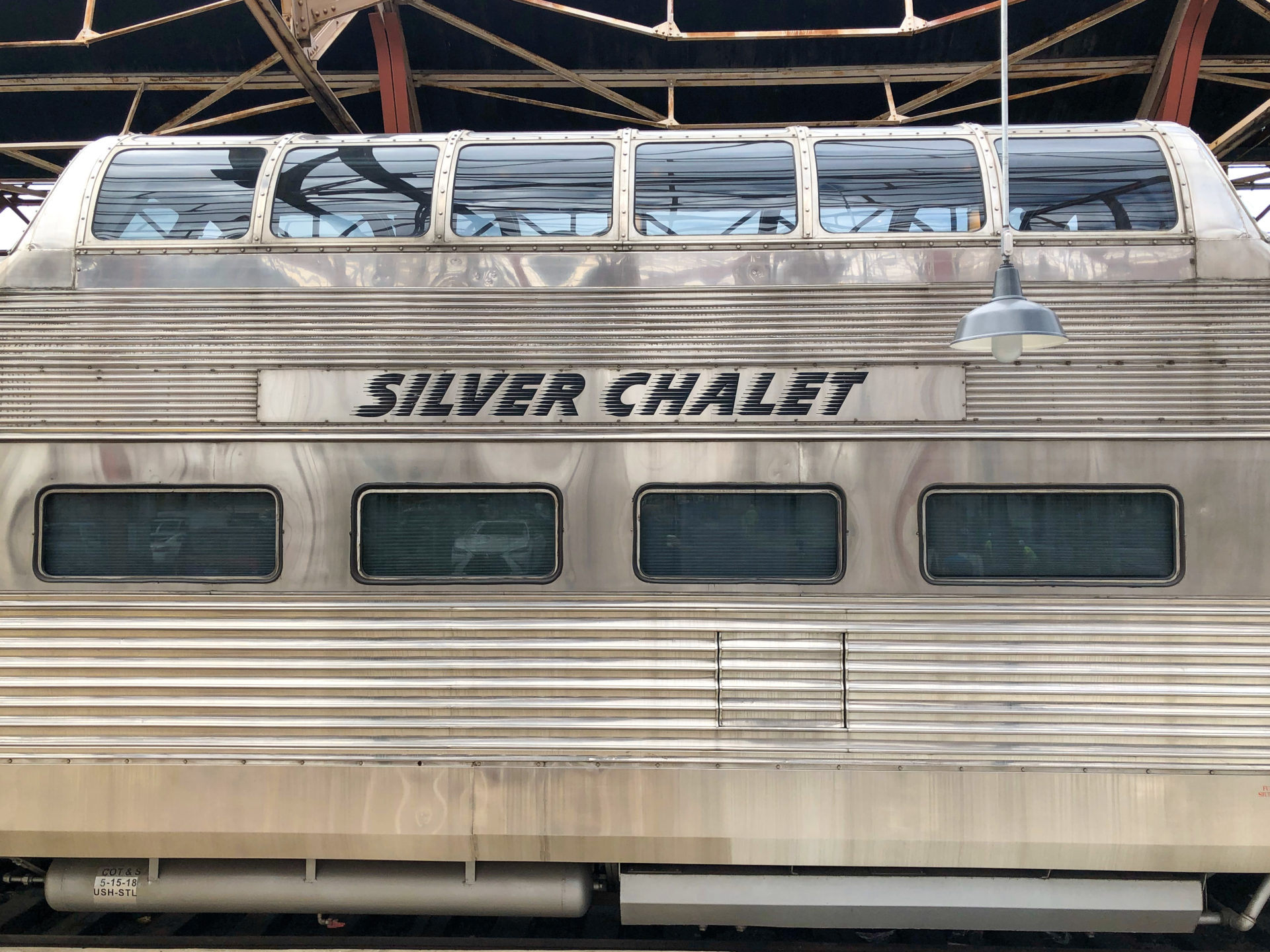 Der Aussichtswagen des Luxuszugs Silver Chalet im Bahnhof von Saint Louis