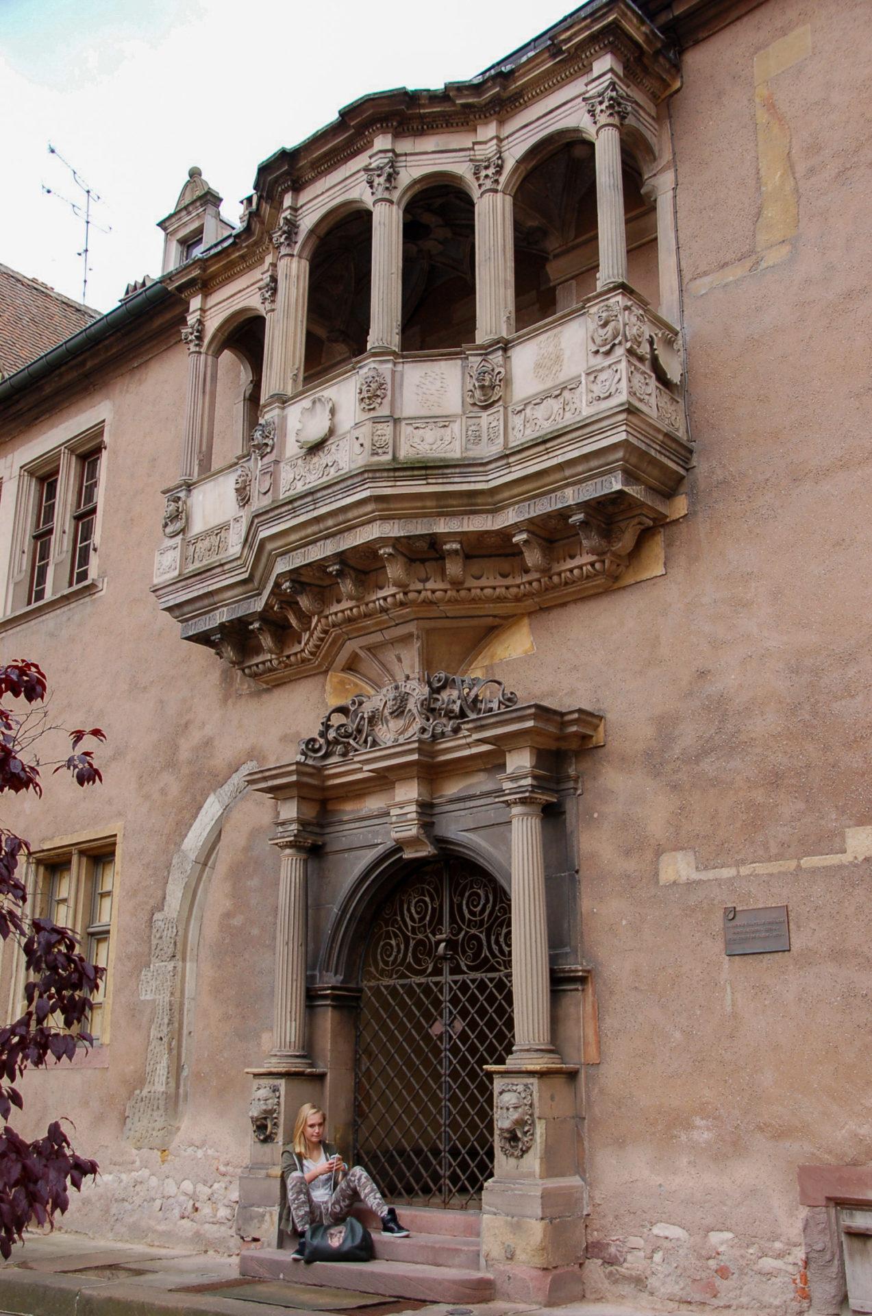 Szene wie aus Romeo und Julia vor Haus mit Balkon in Colmar