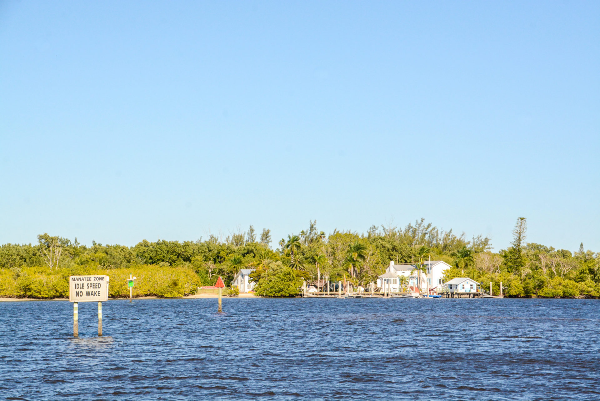 Schild warnt vor Manatees in den Everglades in Florida