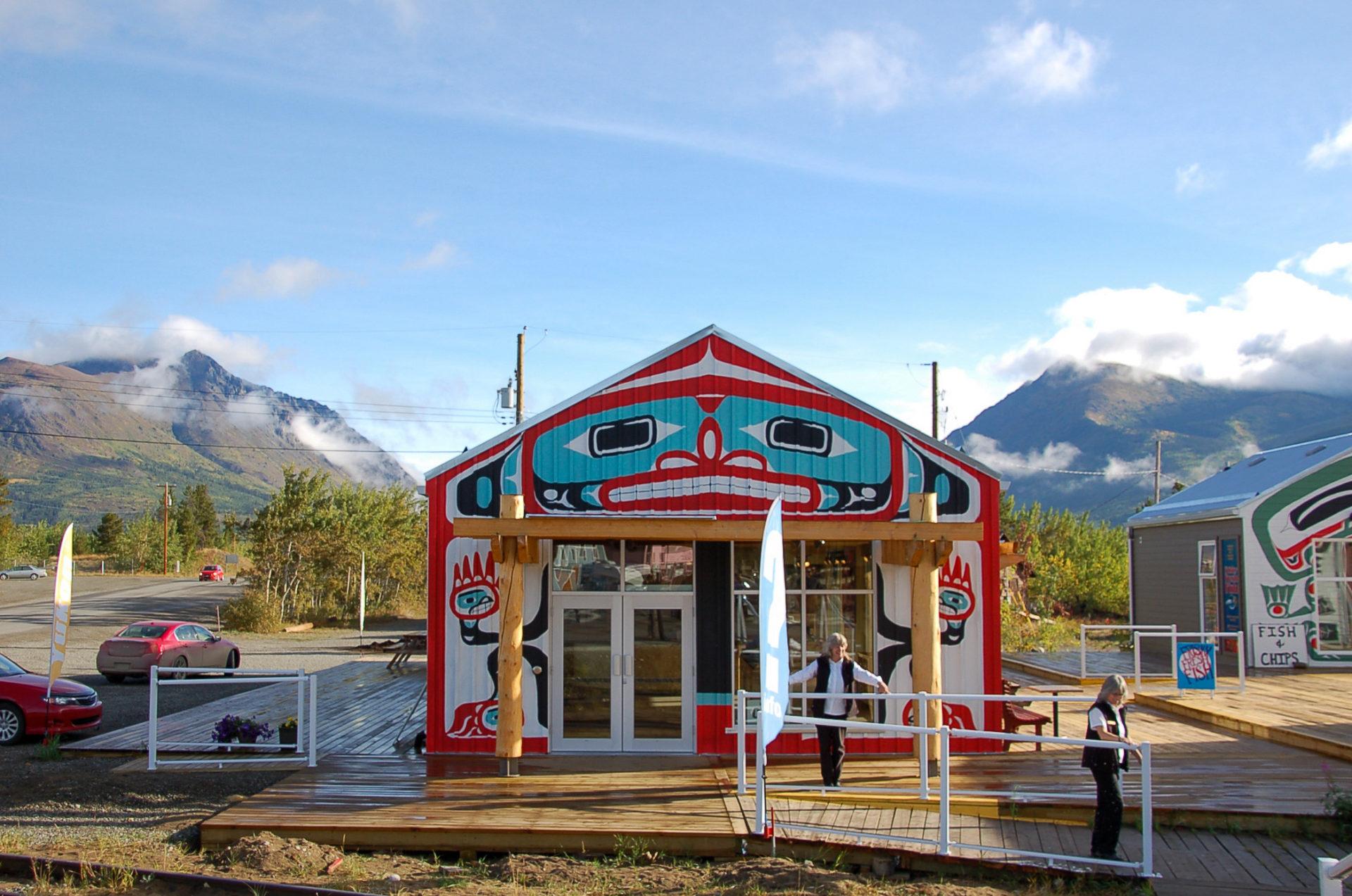 Von First Nations bemalte Hütten in Carcross Desert im kanadischen Yukon