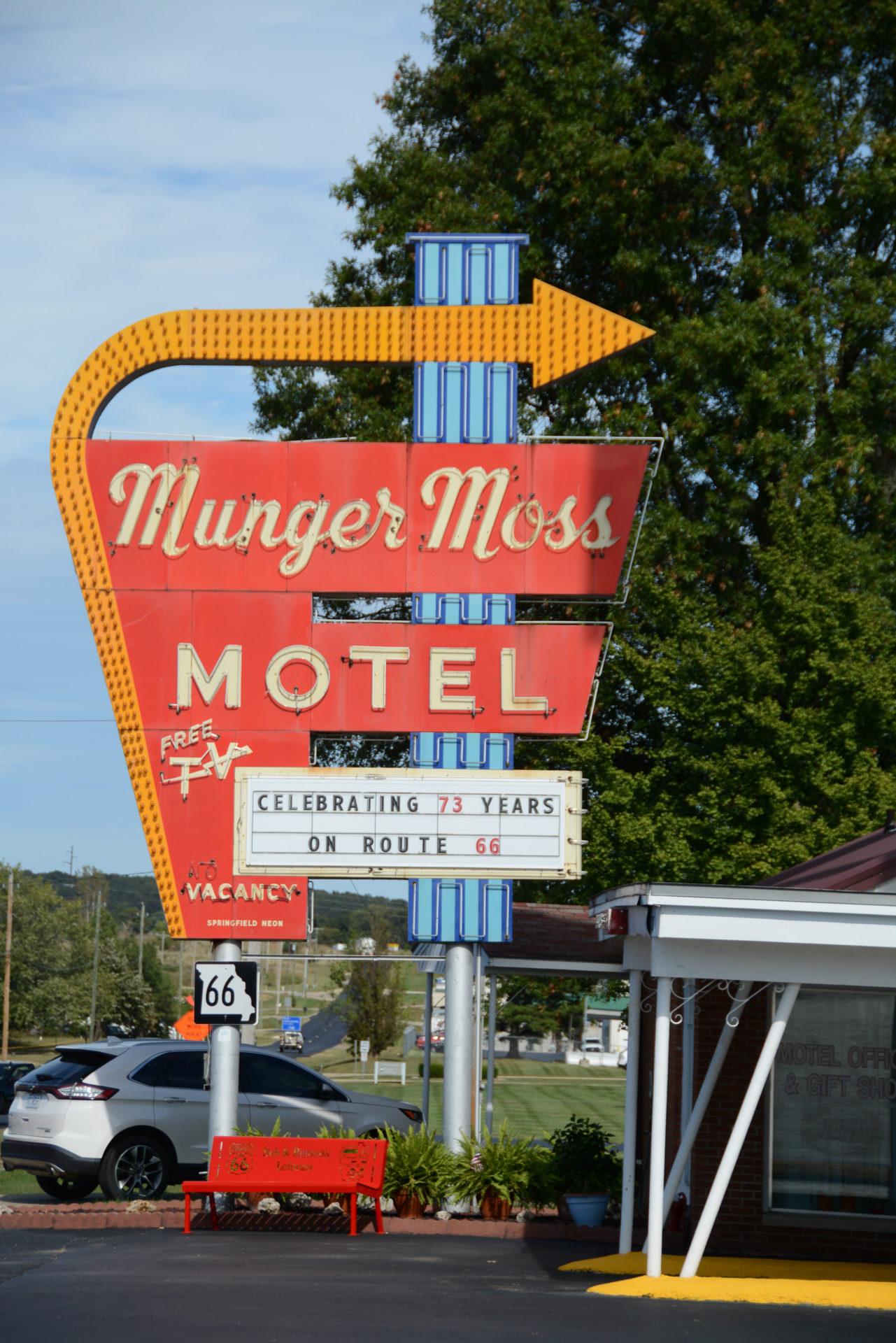 Das Neonschild des Munger Moss Motel in Cuba im US-Bundesstaat Missouri