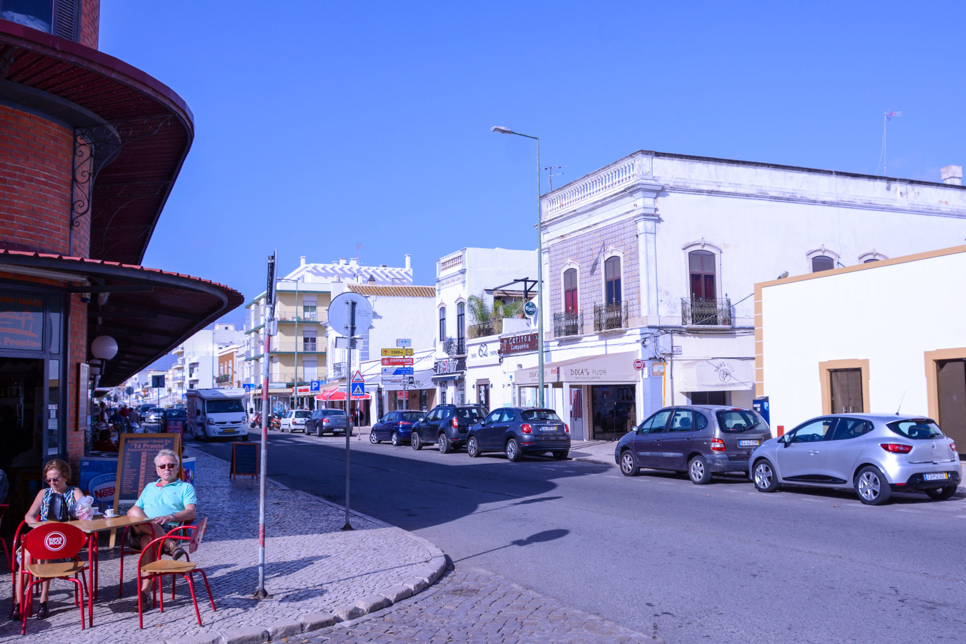 Straßenbild mit Café in Olhão in Portugal