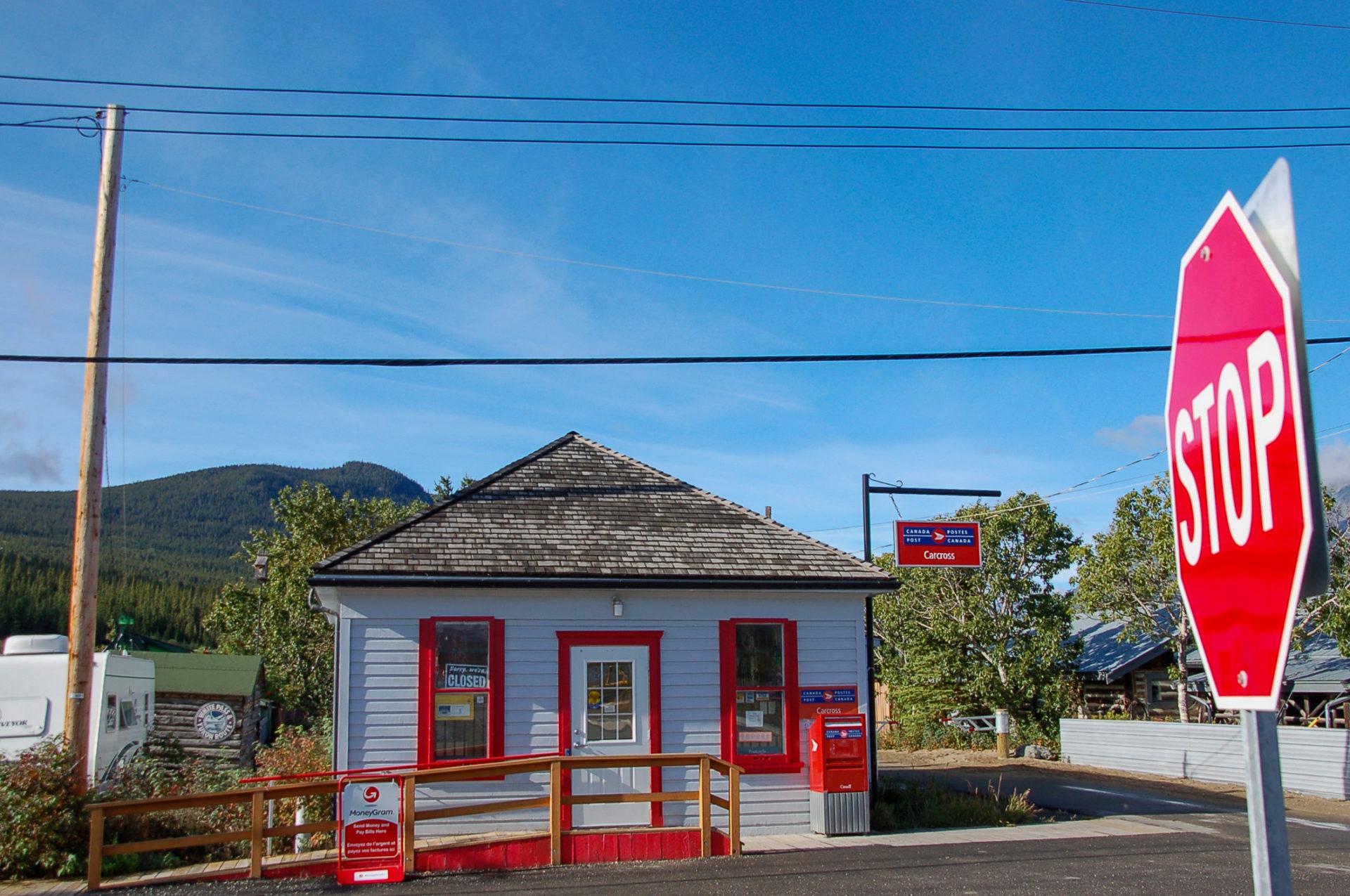 Postamt in Carcross Desert im kanadsichen Yukon mit roten Holzpanelen