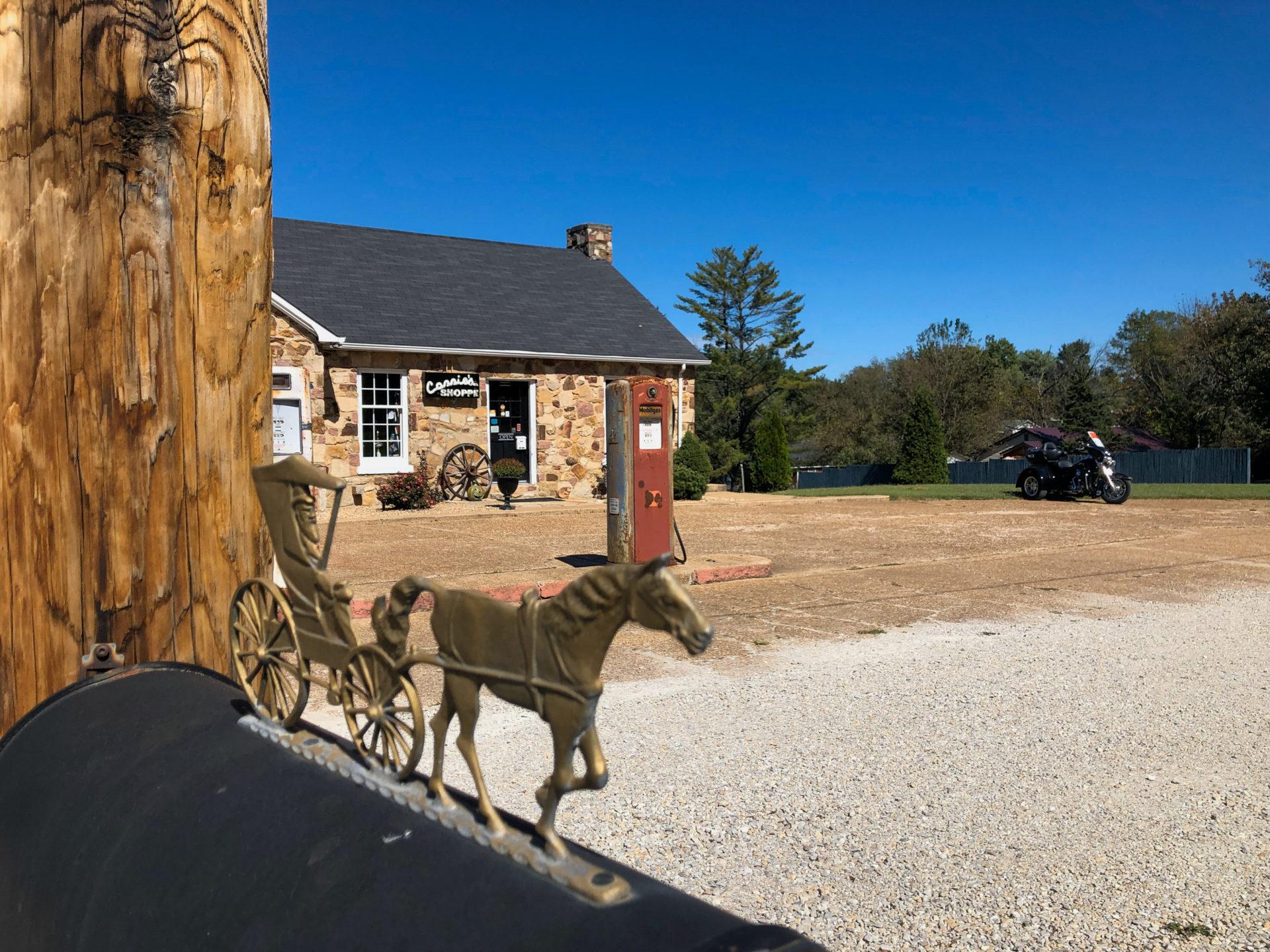 Rennpferd mit Kutsche an einer Tankstelle an der Route 66