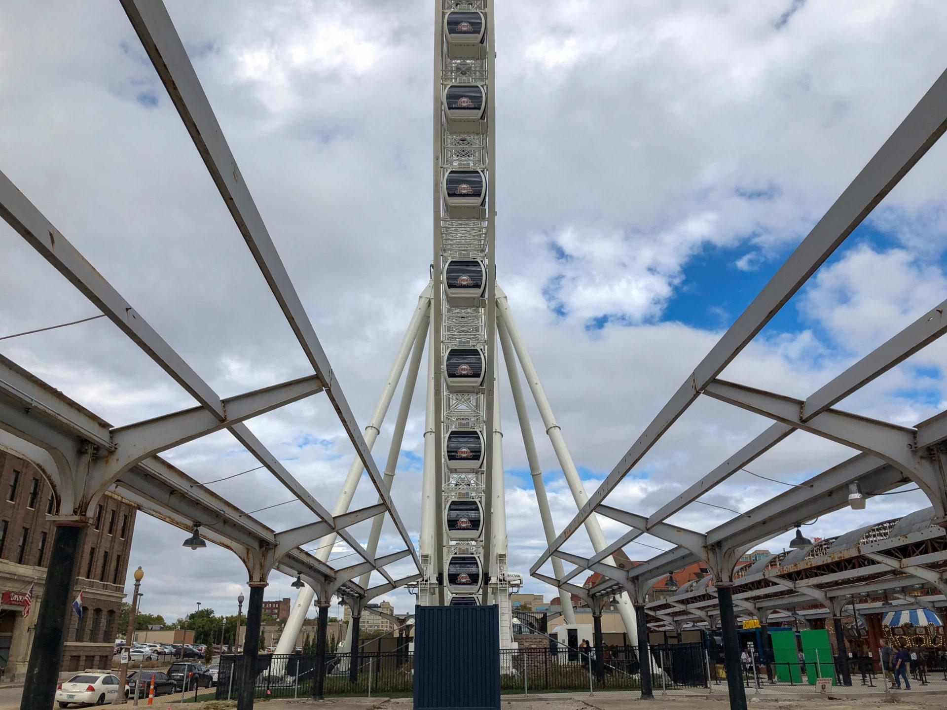 Symmetrisch perfekt ist das Riesenrad am Bahnhof Union Station in Saint Louis