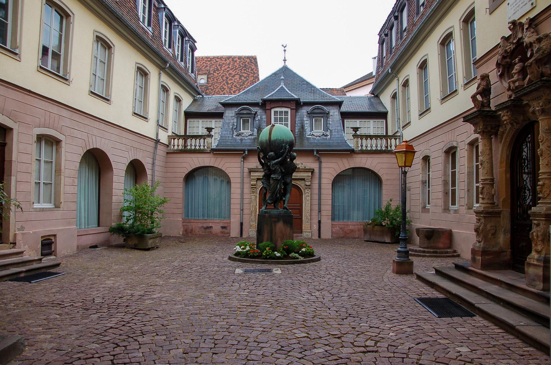 Statue mit Globus vor Museum in Colmar in Frankreich