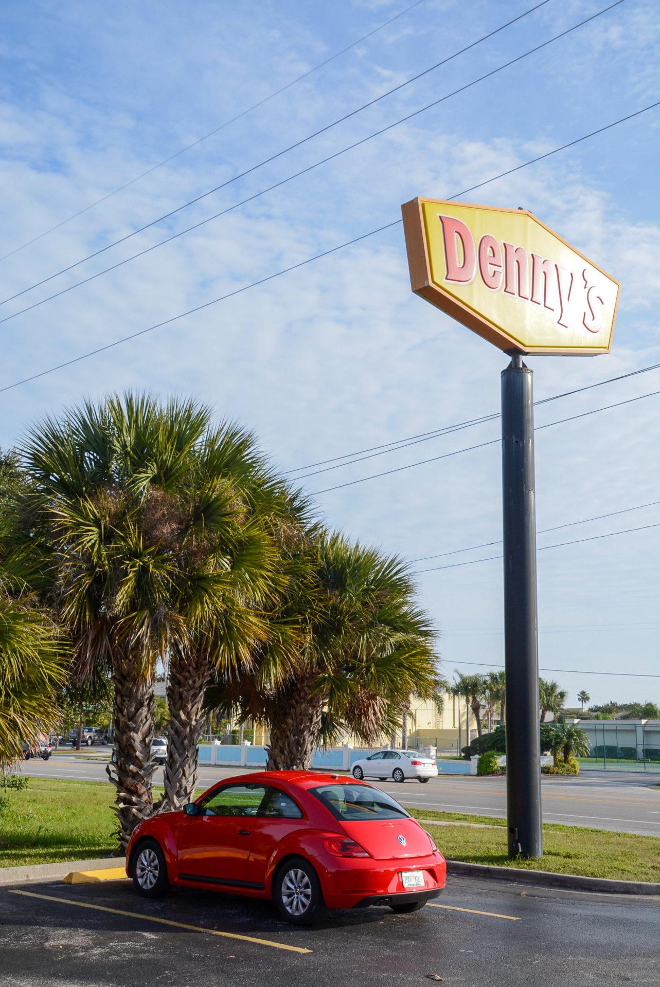 Space Coast in Florida: VW Beatle vor Denny's Schild und Palmen