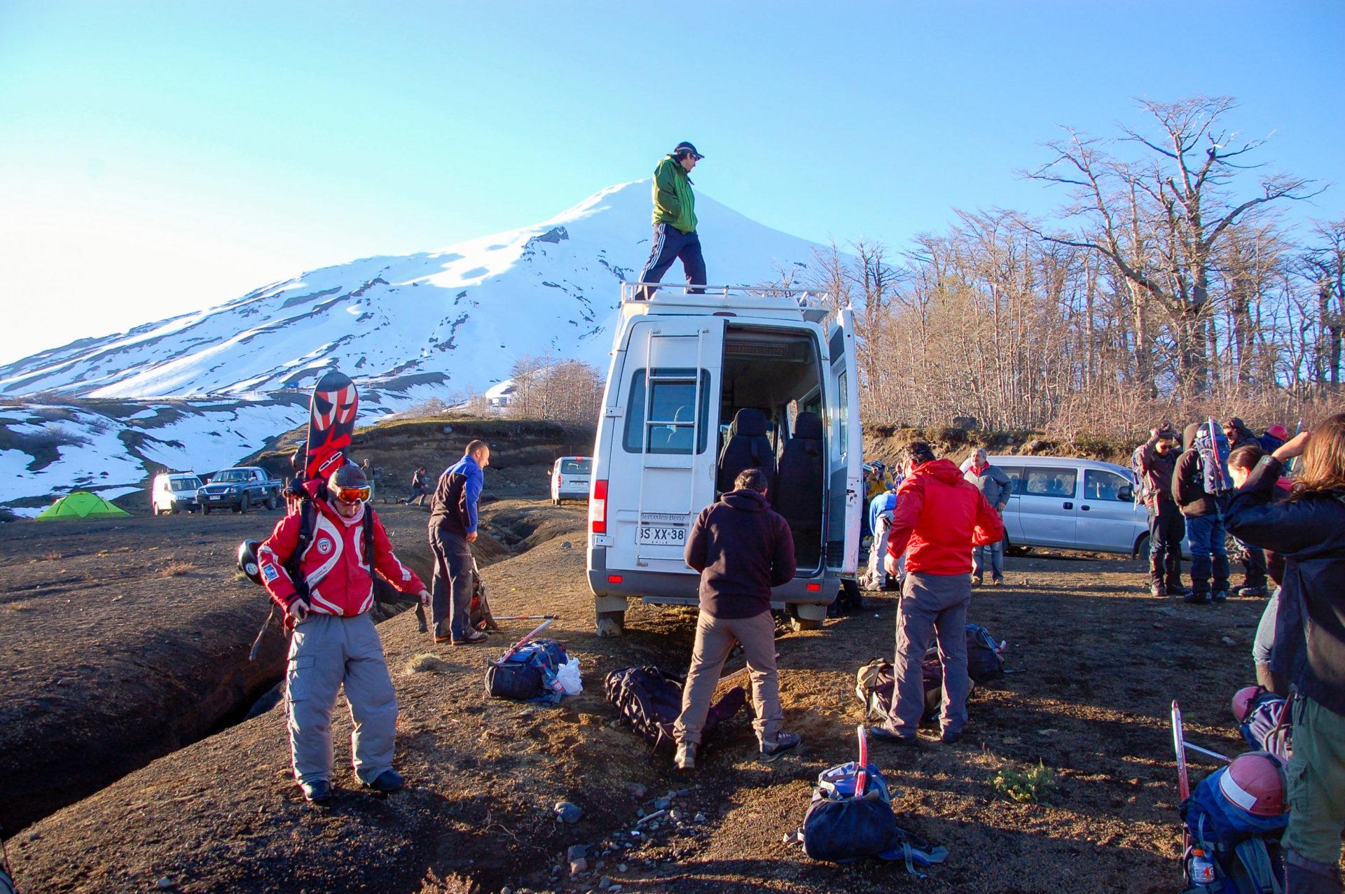 Vorbereitungen zum Aufstieg auf den aktiven Vulkan Villarrica in Chile