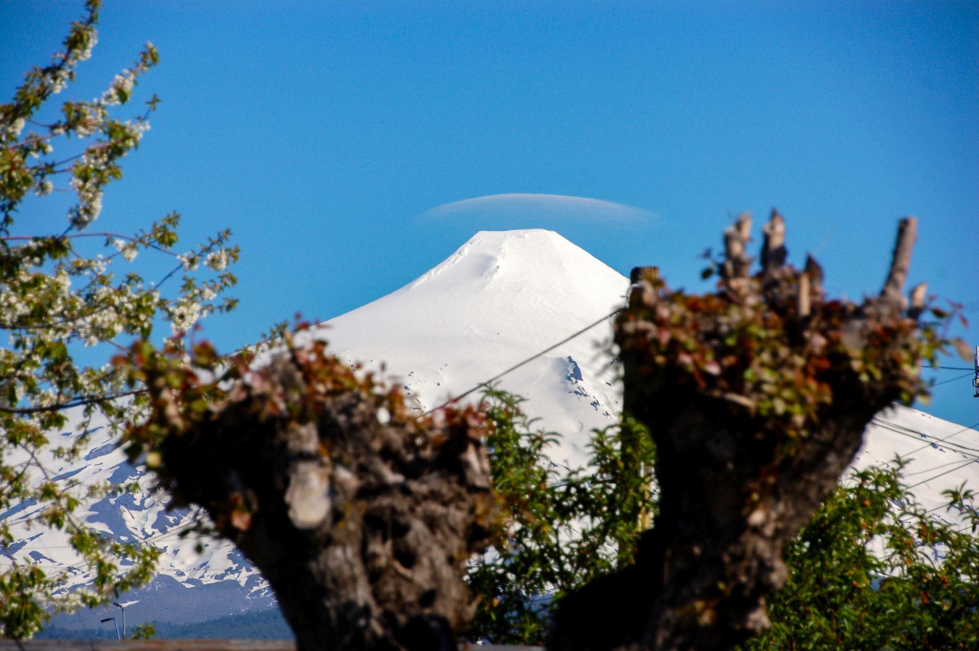 Der Vulkan Villaricca in Patagonien mit kleiner Abgaswolke