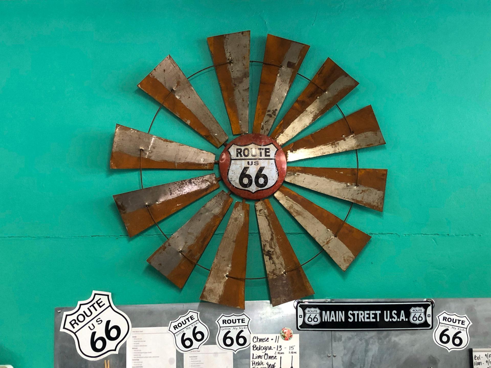 Ausgemustertes Windrad in einer Imbissbude in Cuba, Missouri