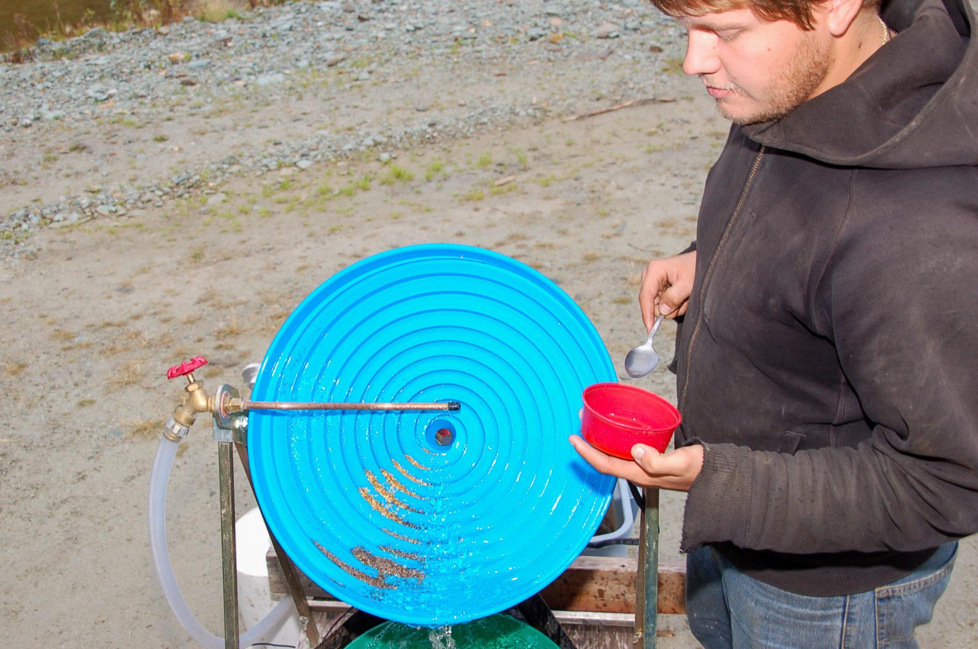 Mann an der Zentrifuge mit Goldfunden in Dawson City