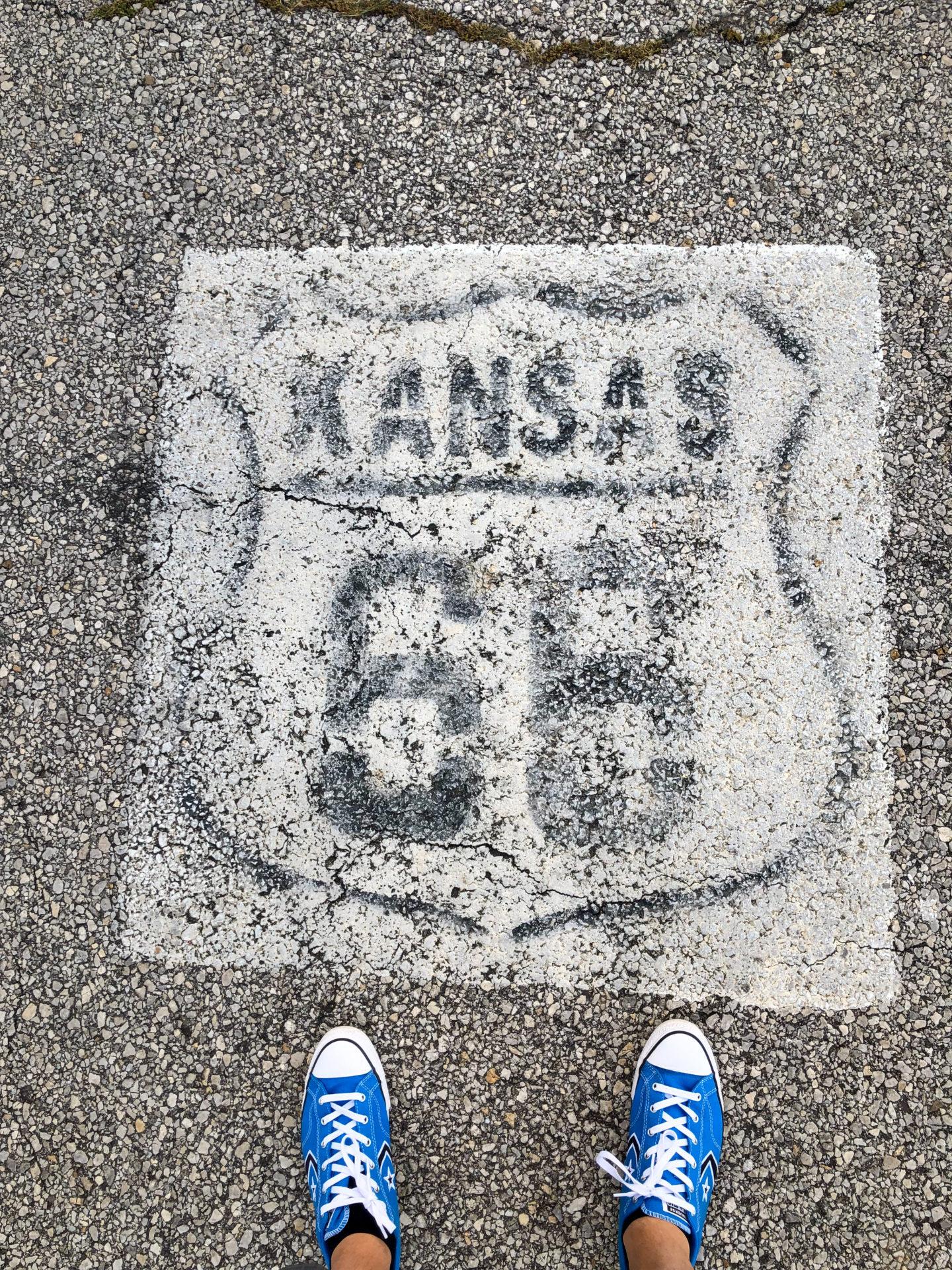 Verblichenes Straßenschild an der Route 66 im Bundesstaat Kansas.