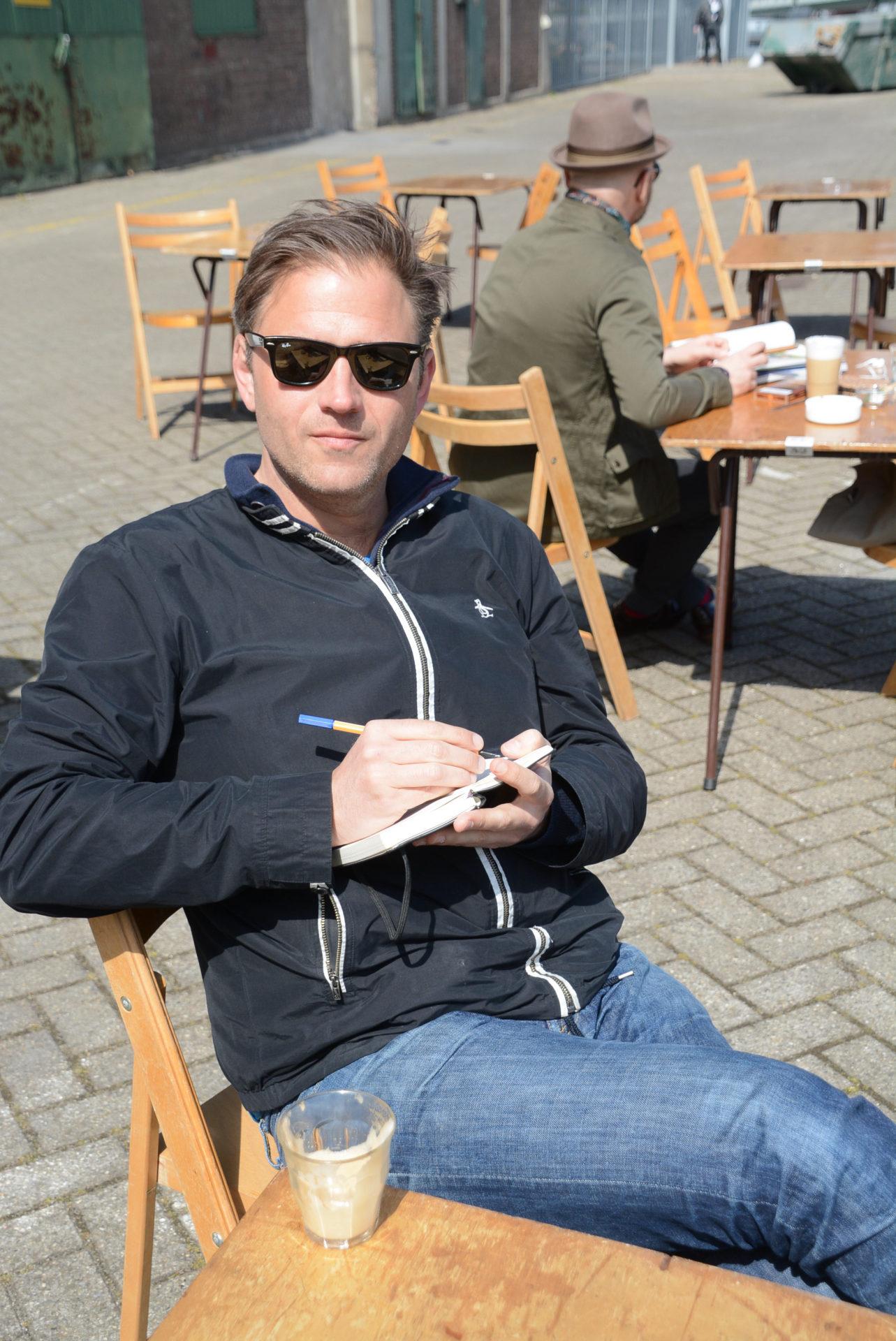 Autor Ralf Johnen macht sich in der Posse Espresso Bar in Rotterdam Notizen