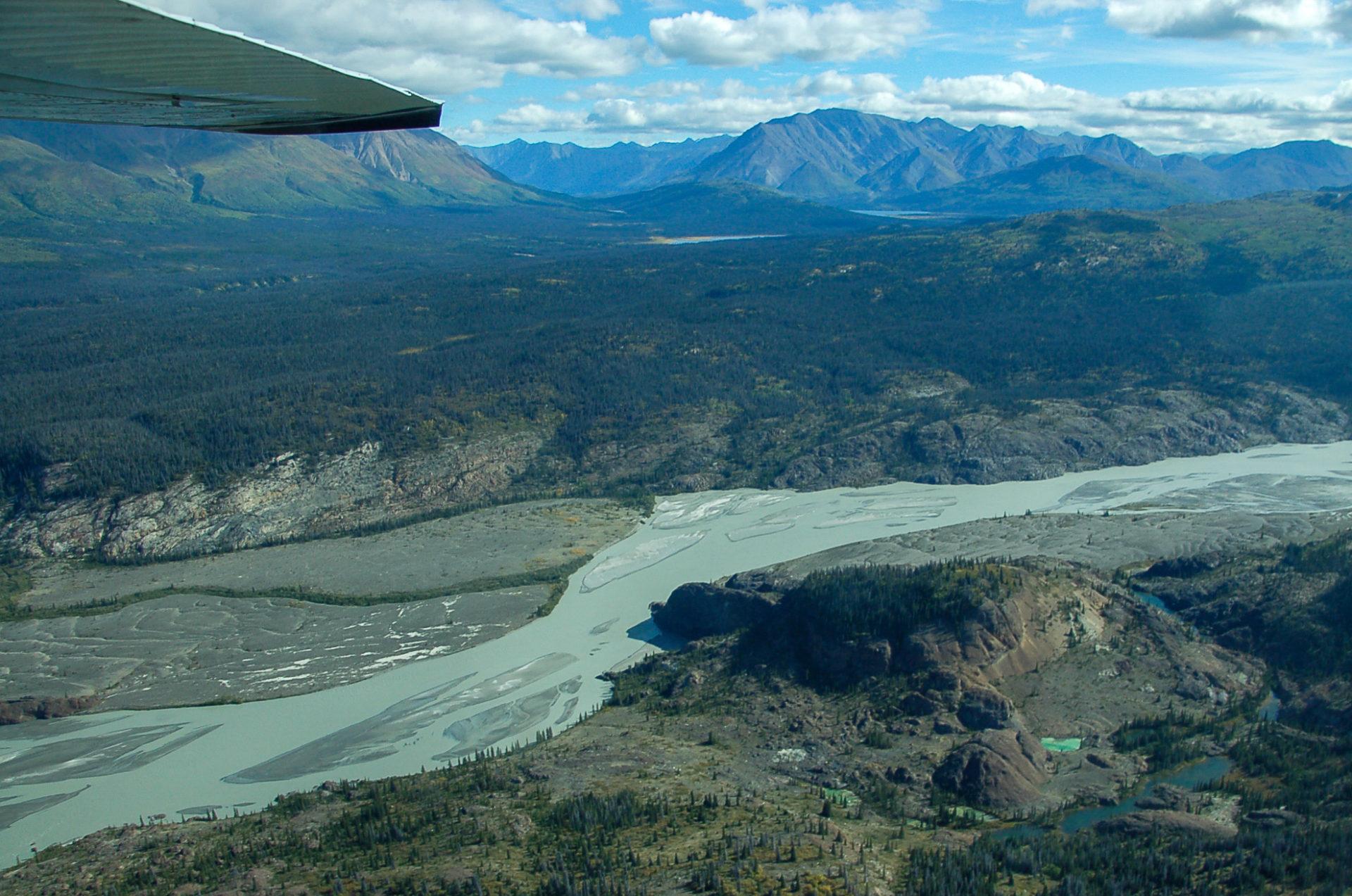 Gletscherfluss und Berge im Kluane National Park in Kanada