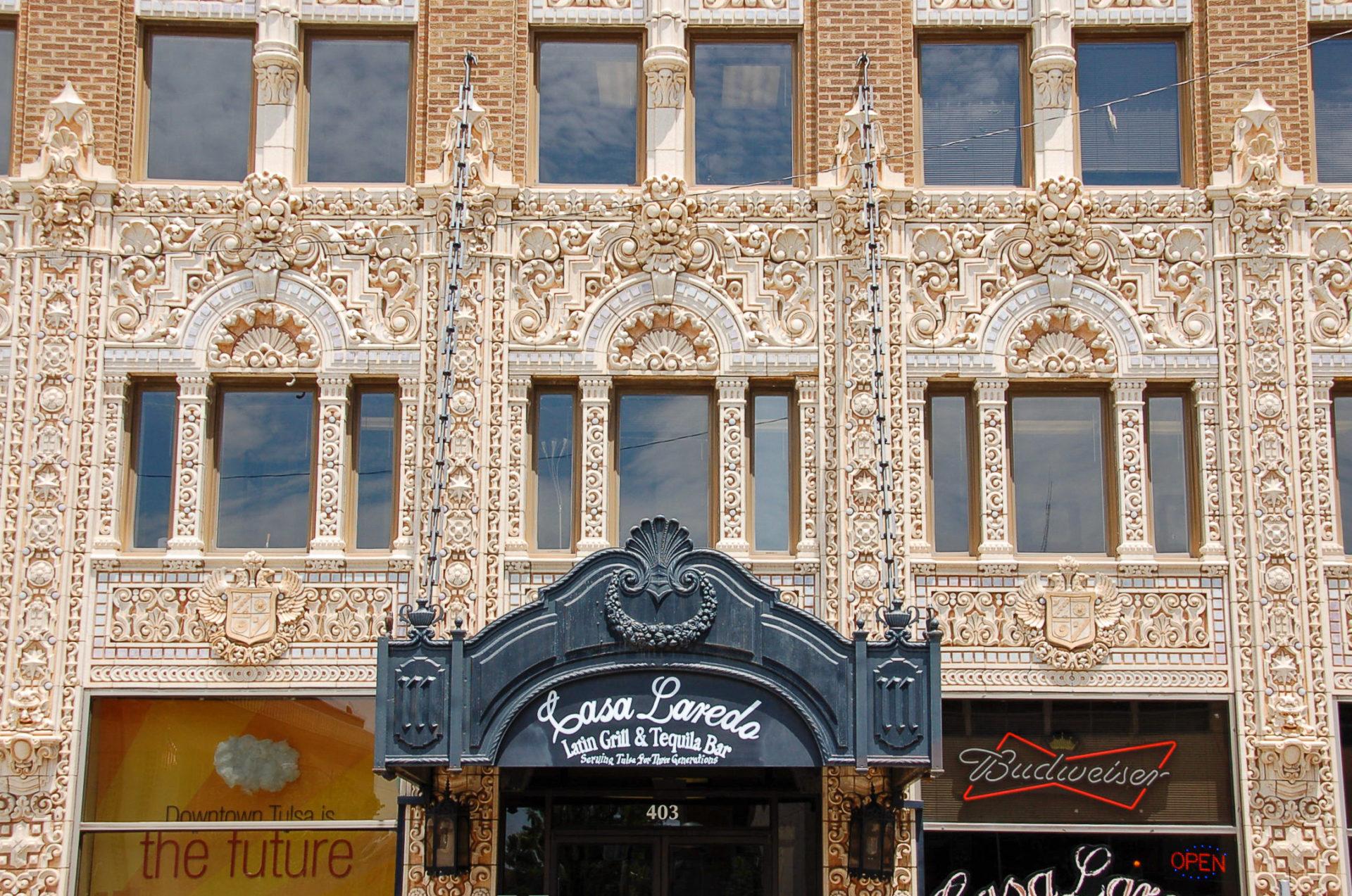 Art-déco-Details an einer Wolkenkratzerfassade in Downtown Tulsa