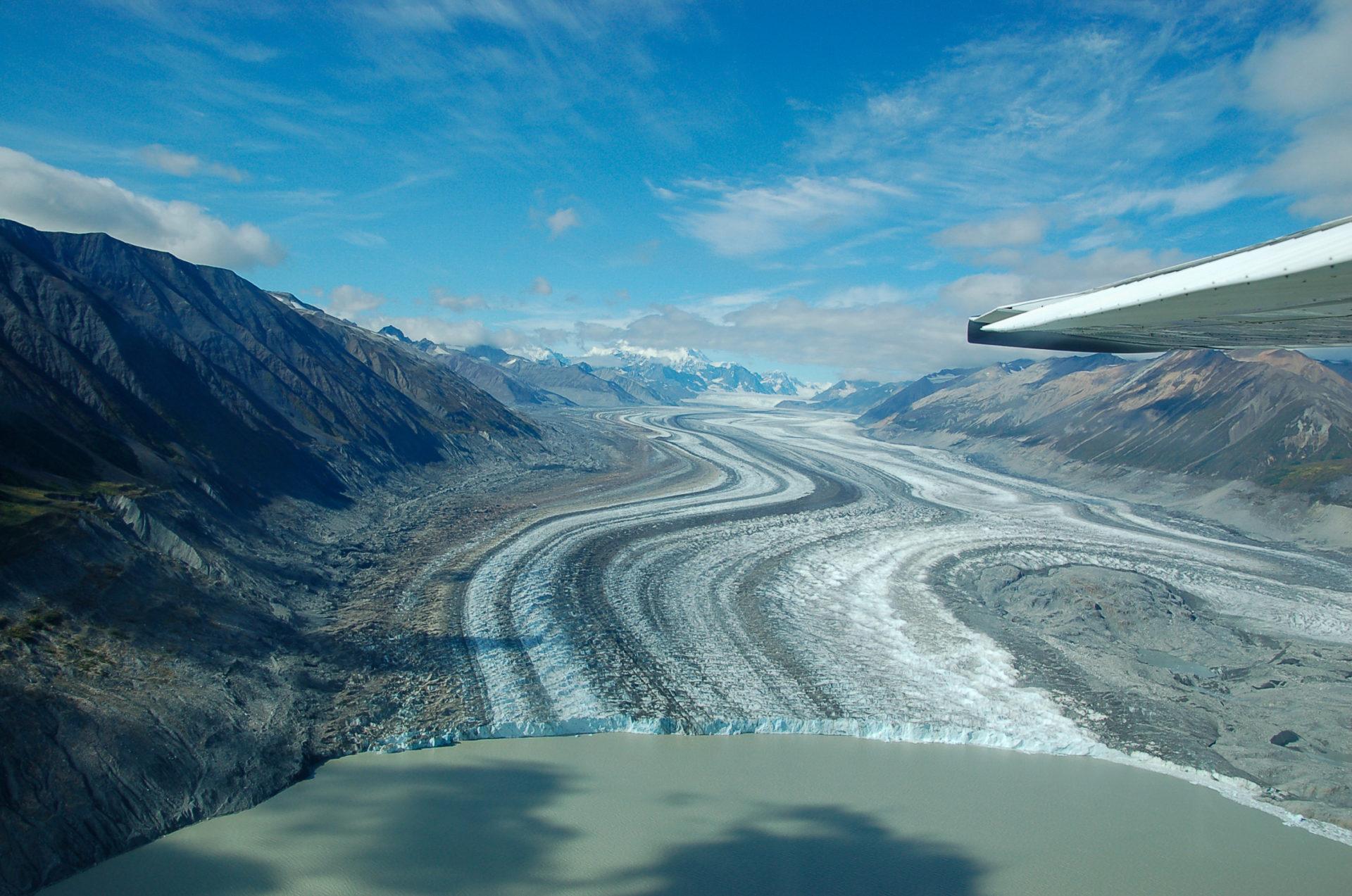 Spektakuläre Abbruchkante eines Gletschers mit See in Yukon