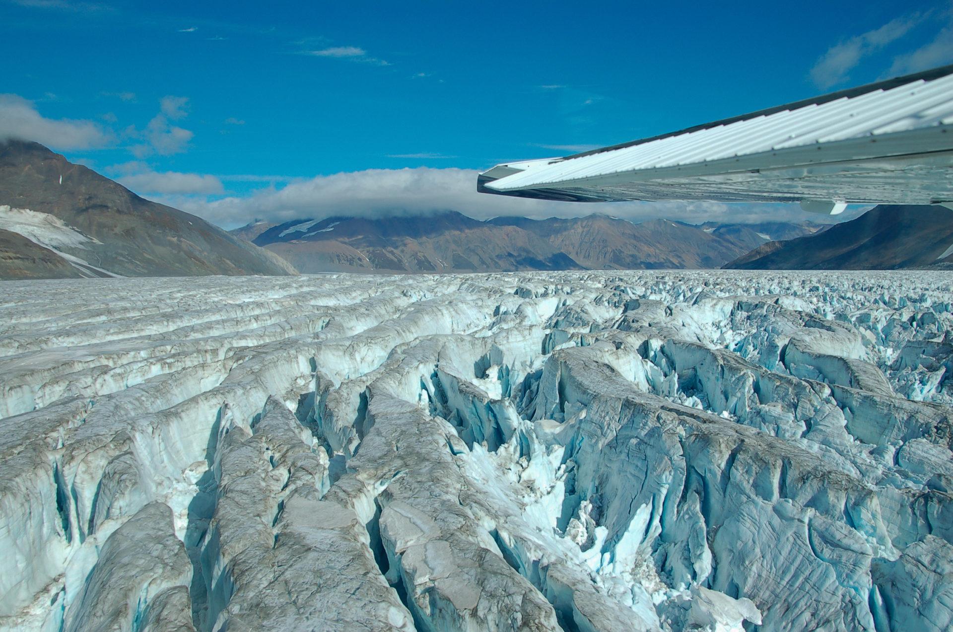 Eisberge auf einem Gletscher im Kluane National Park in Yukon in Kanada