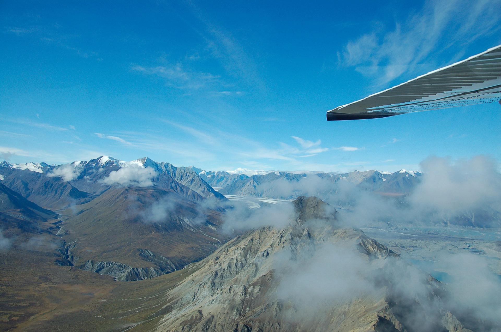 Bergwelten im kanadischen Yukon aus dem Fenster eines Sportflugzeugs