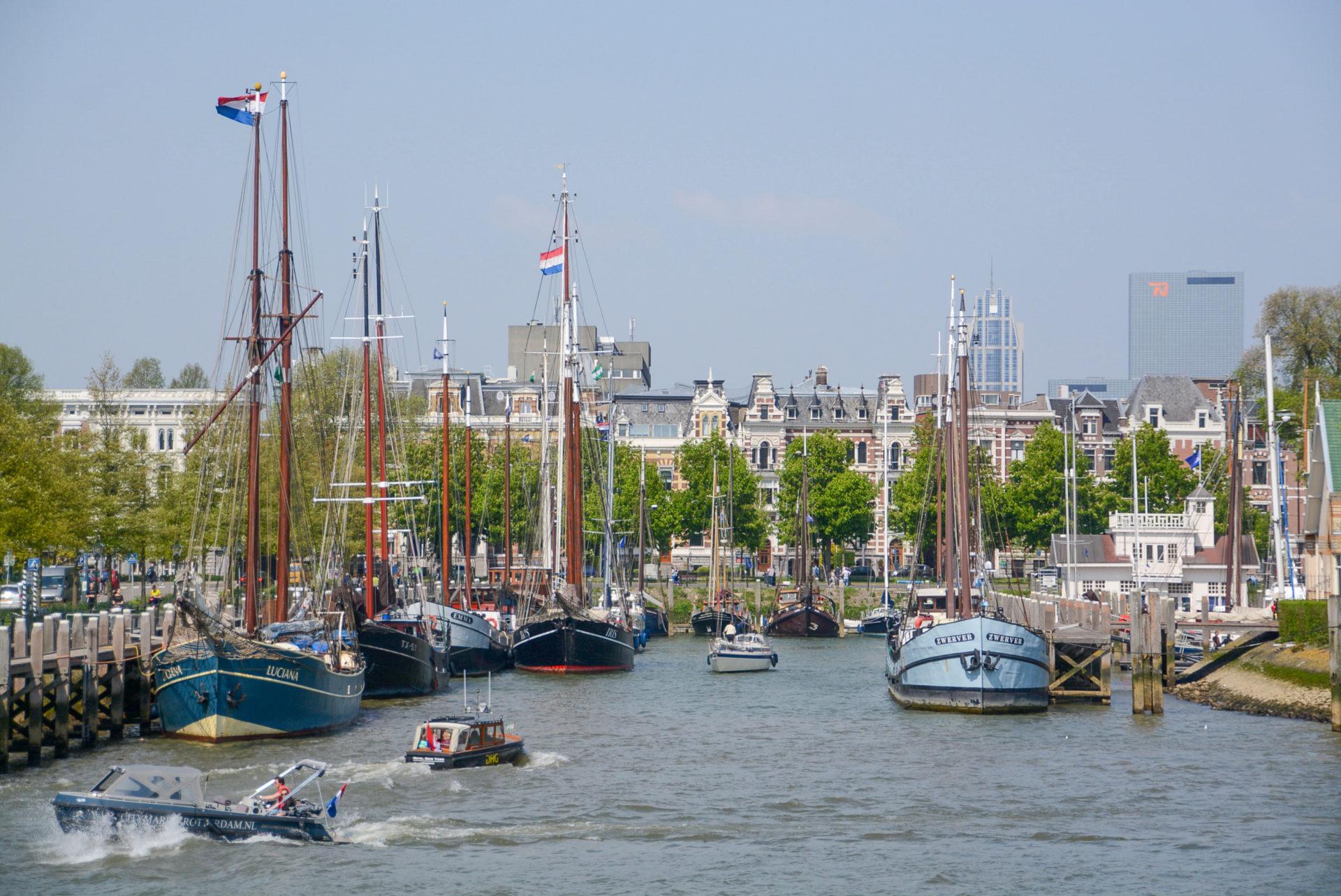 Schiffe in einem Hafenbecken von Rotterdam