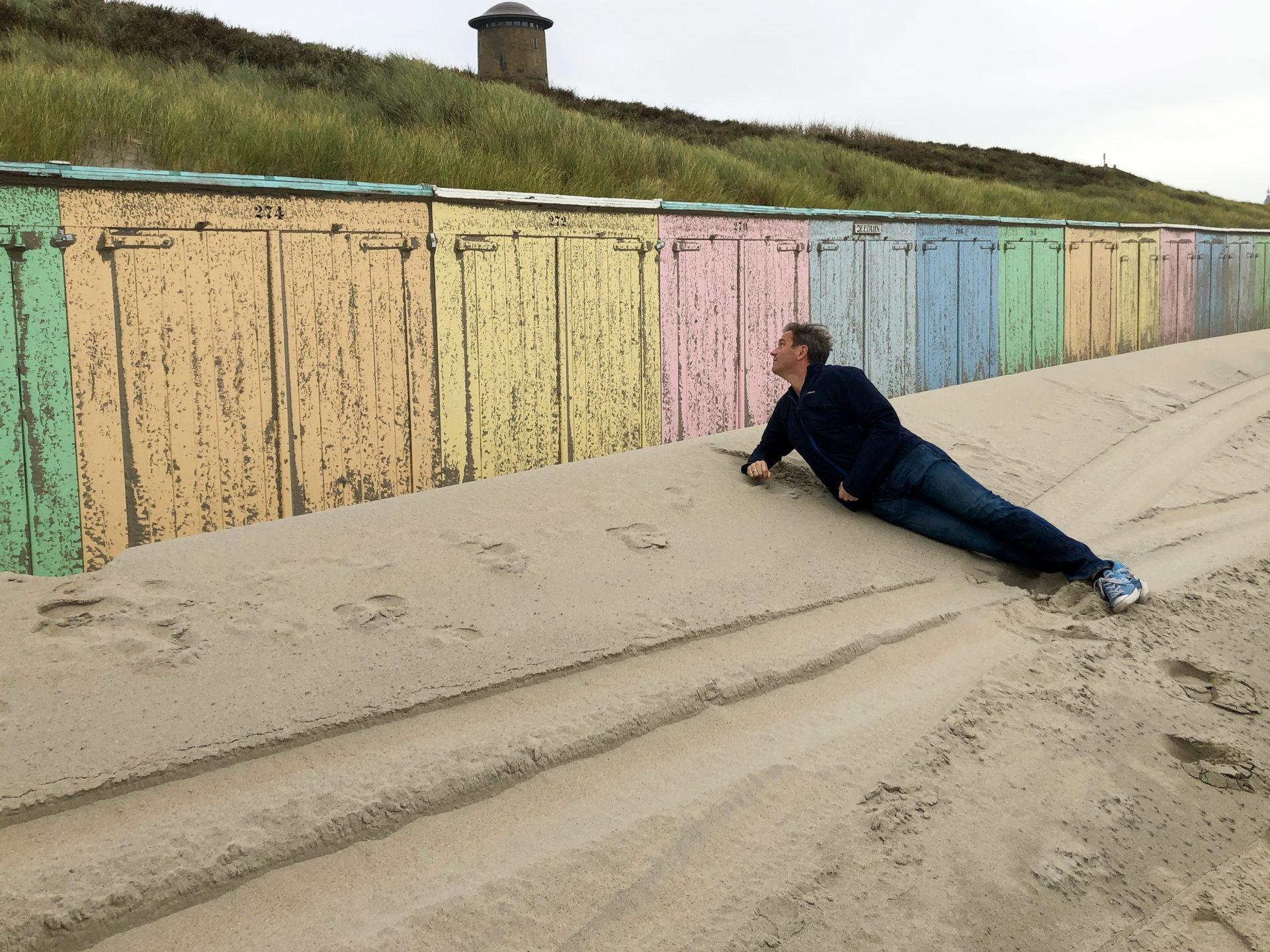Autor Ralf Johnen vor bunten Strandhäuschen in Domburg in Zeeland