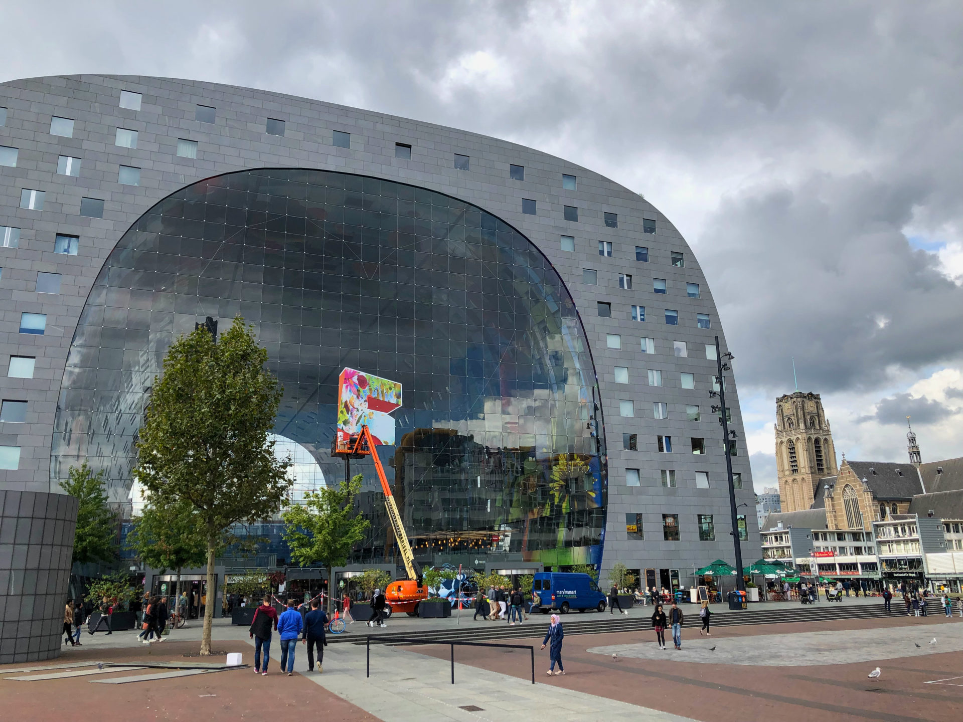 Markthalle von Rotterdam mit der Laurenskerk