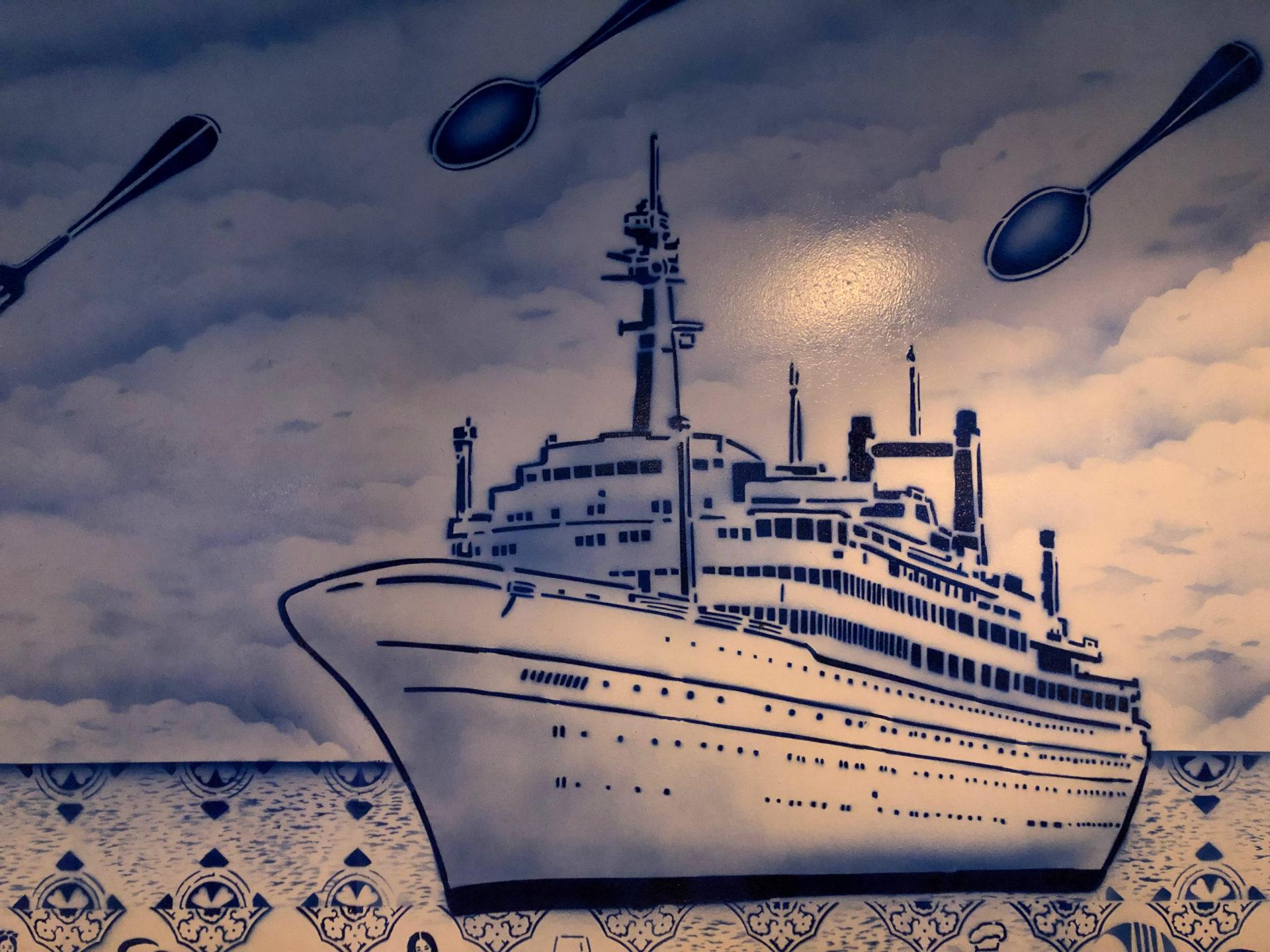 Gemälde von SS Rotterdam im Stile des Delfter Blau im Restaurant De Matroos en het Meisje