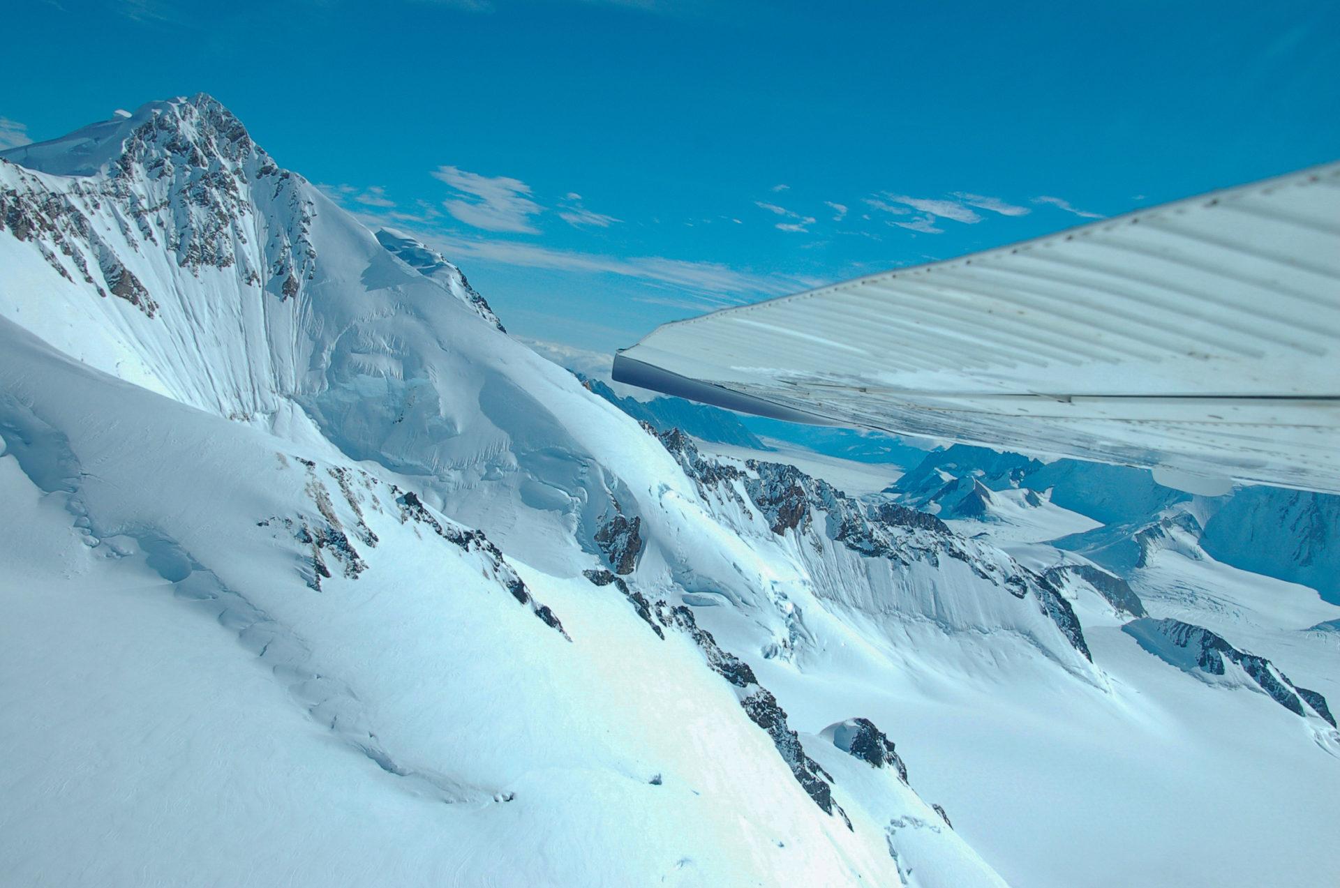 Hochgebirge in den kanadischen Rockies mit Tragfläche eines Sportflugzeugs