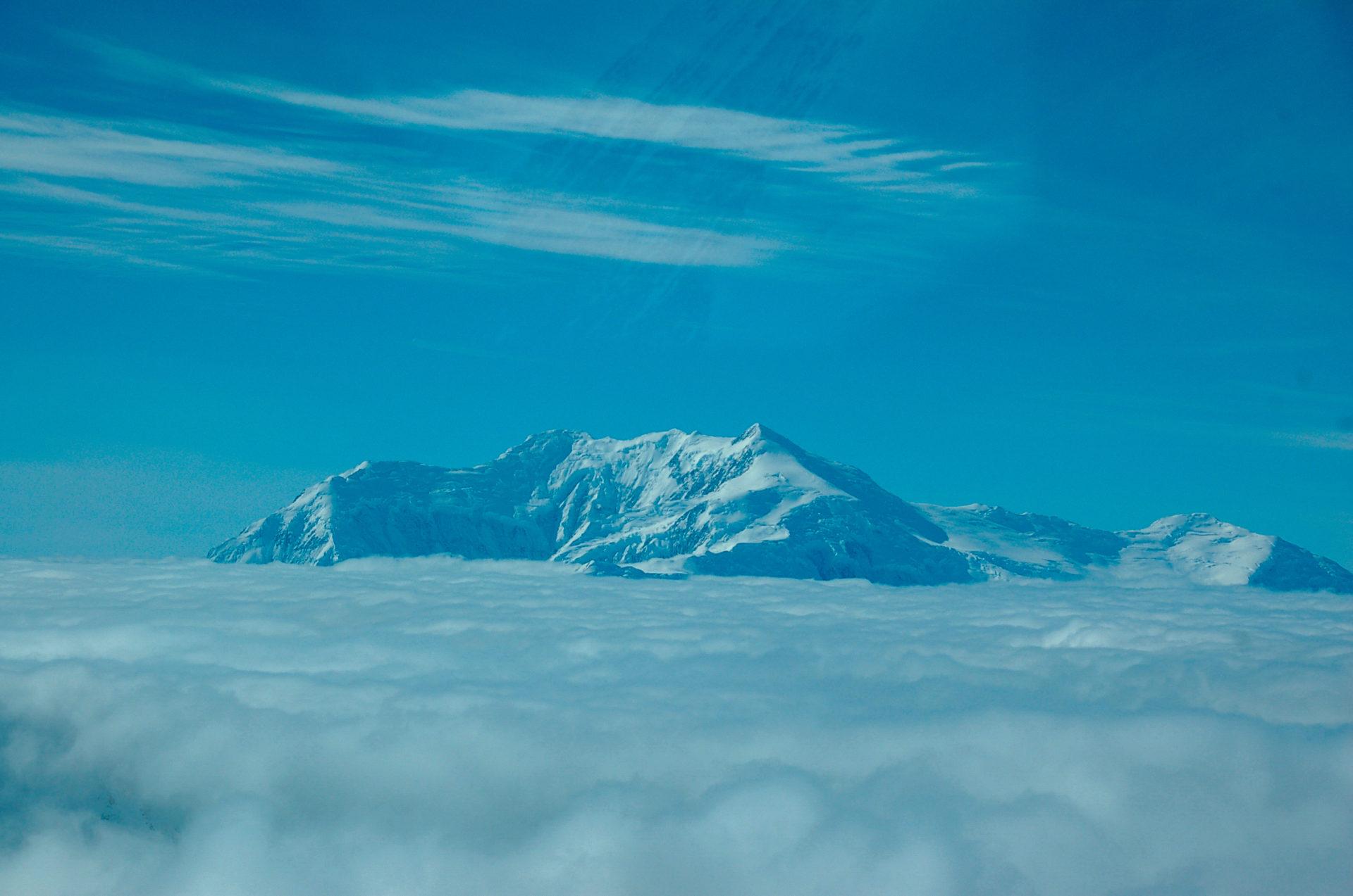 Der Mount Logan im kanadischen Yukon ragt aus den Wolken hervor