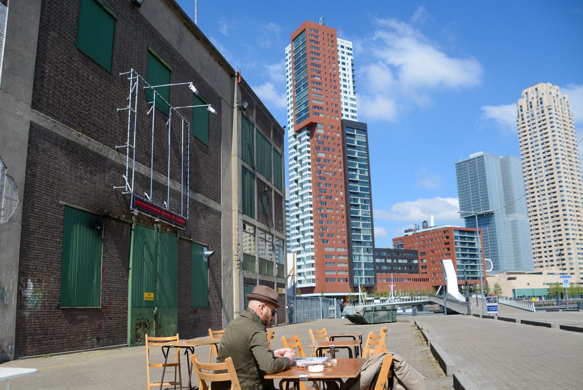 Hipster in de Kaap mit Blick auf die Skyline von Rotterdam