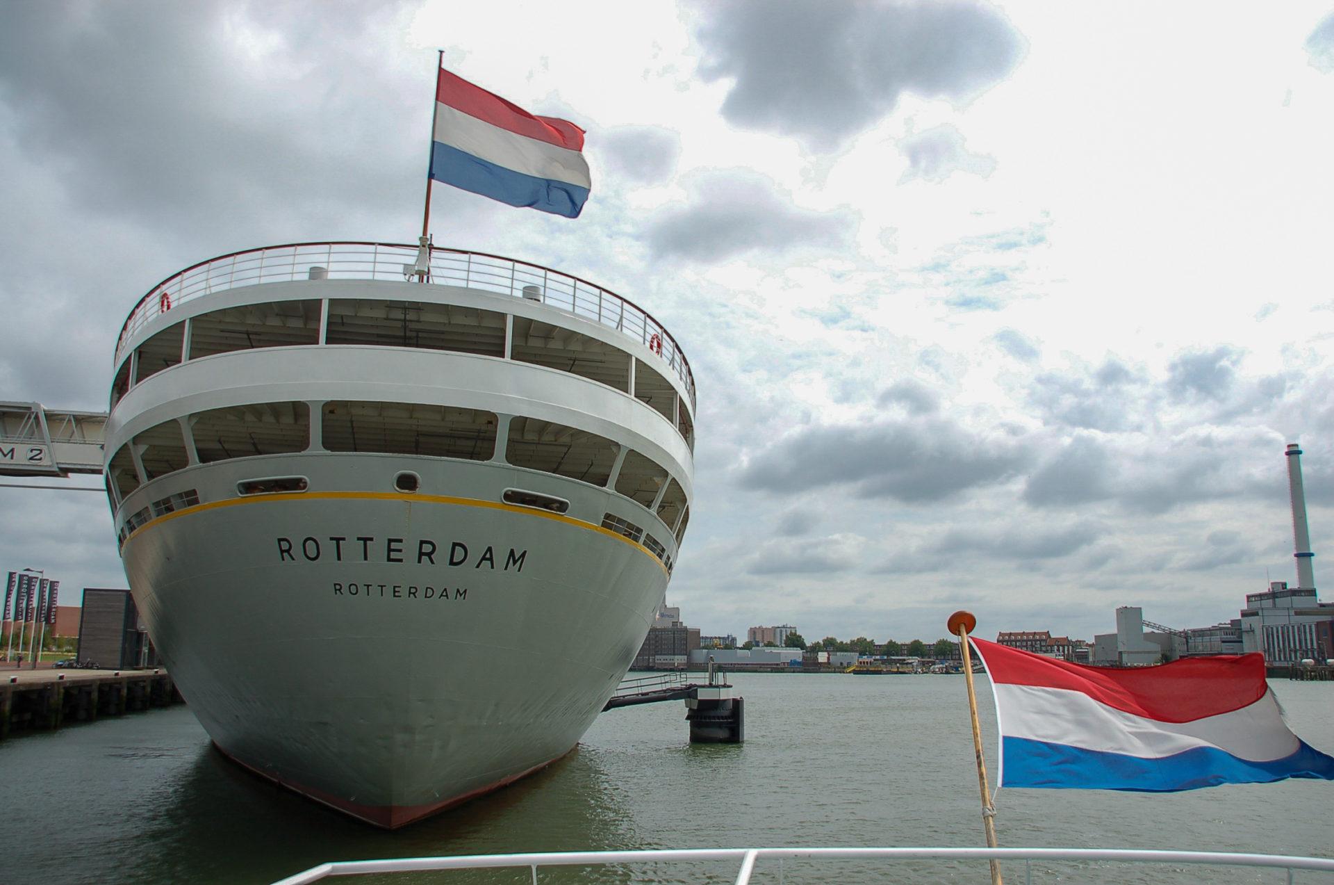 Die Rotterdam von außen mit holländischer Flagge