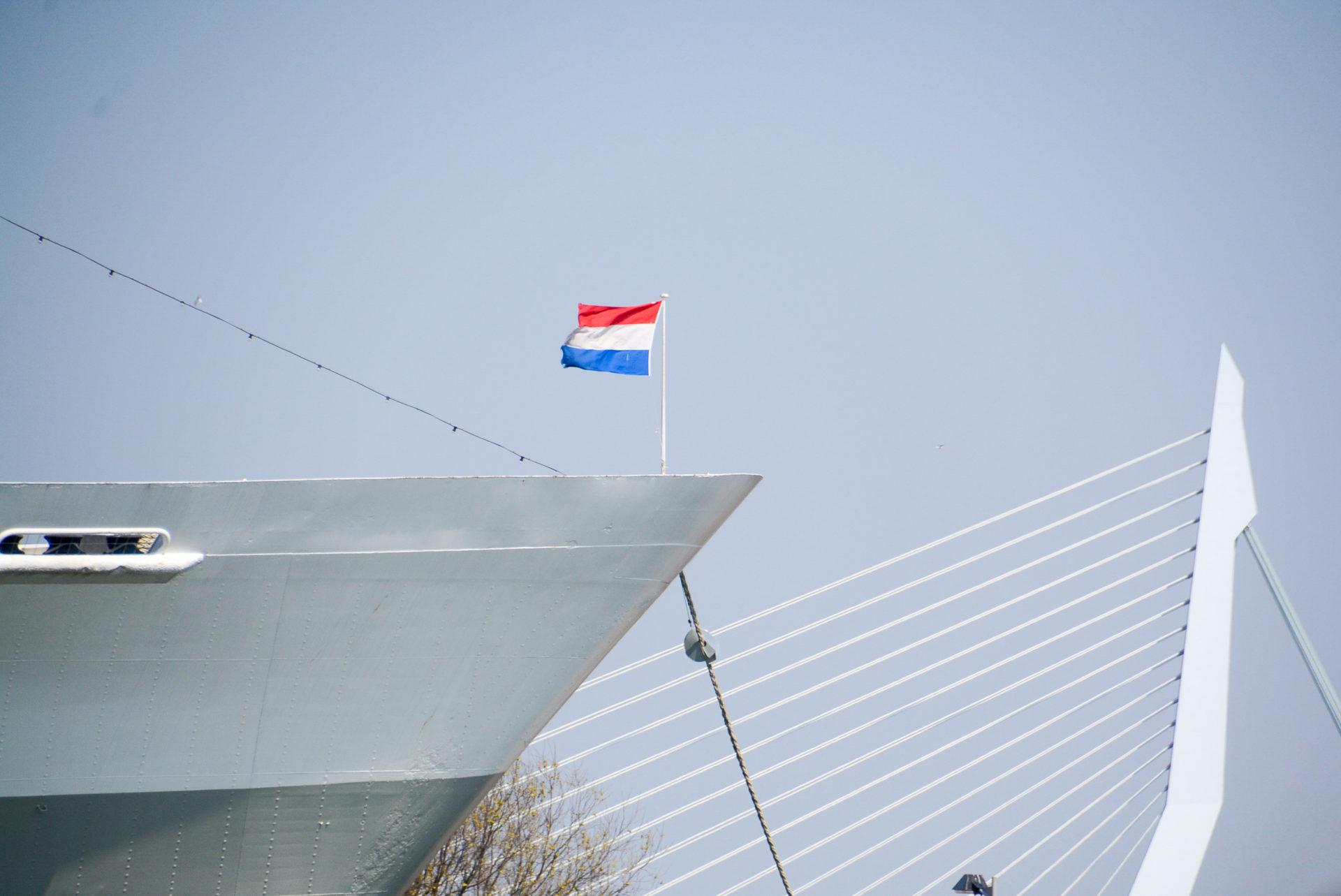 Der Bug der SS Rotterdam mit dem Pylon der Erasmusbrücke