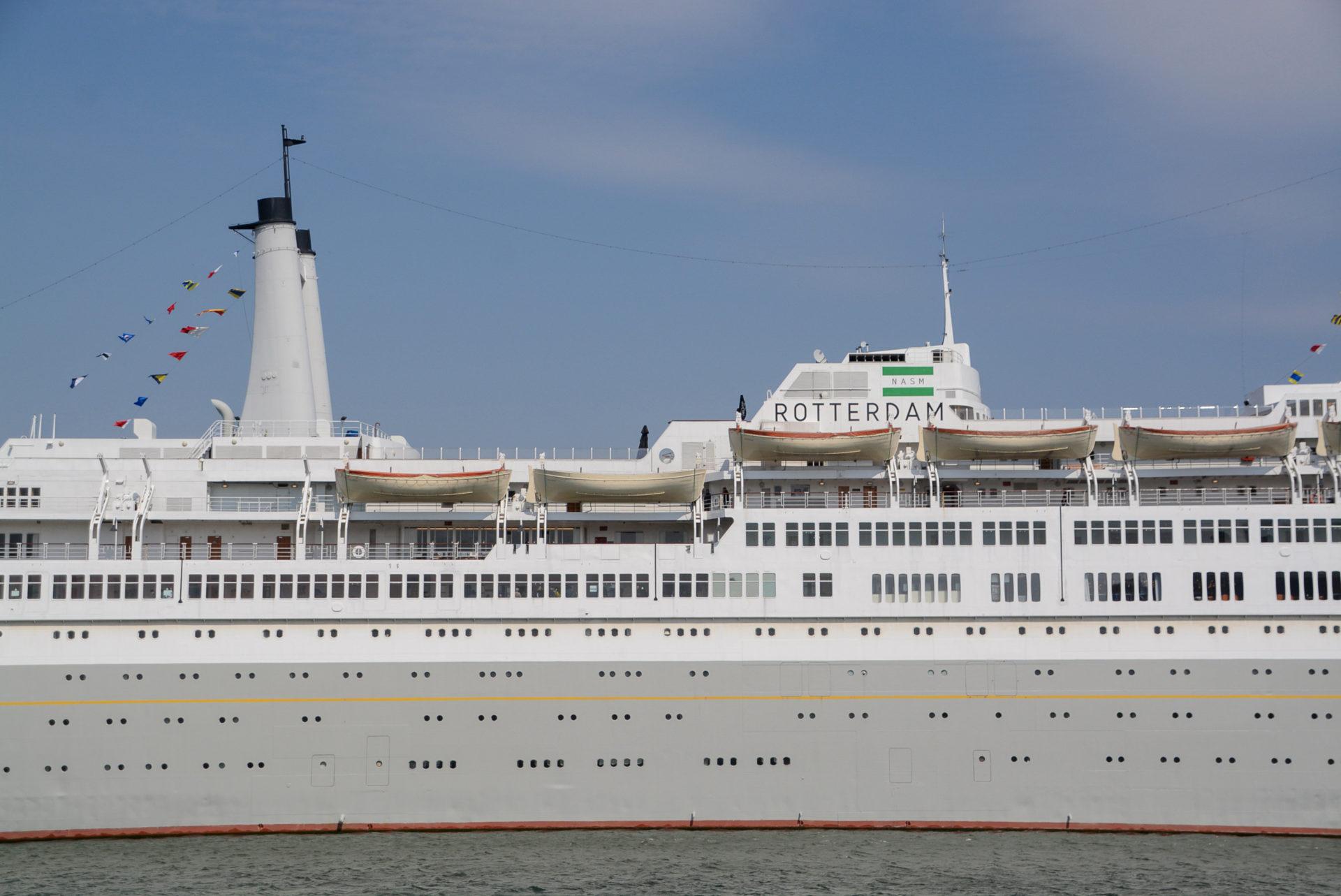 Außenansicht des ehemaligen Ozeanriesen SS Rotterdam