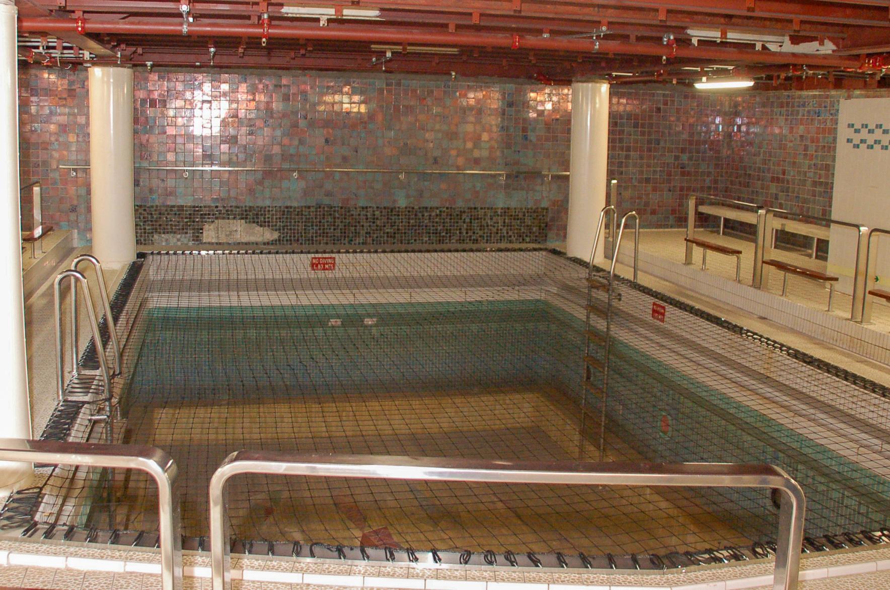 Das Innenschwimmbad im Bauch der SS Rotterdam sieht recht frugal aus