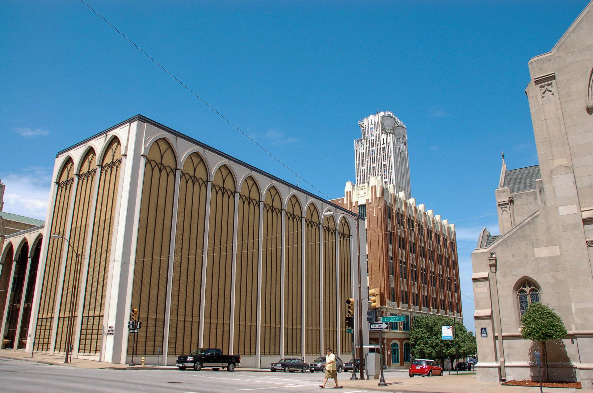 Sakralbau mit klassischen Hochbauten in der Innenstadt an der Route 66 in Tulsa