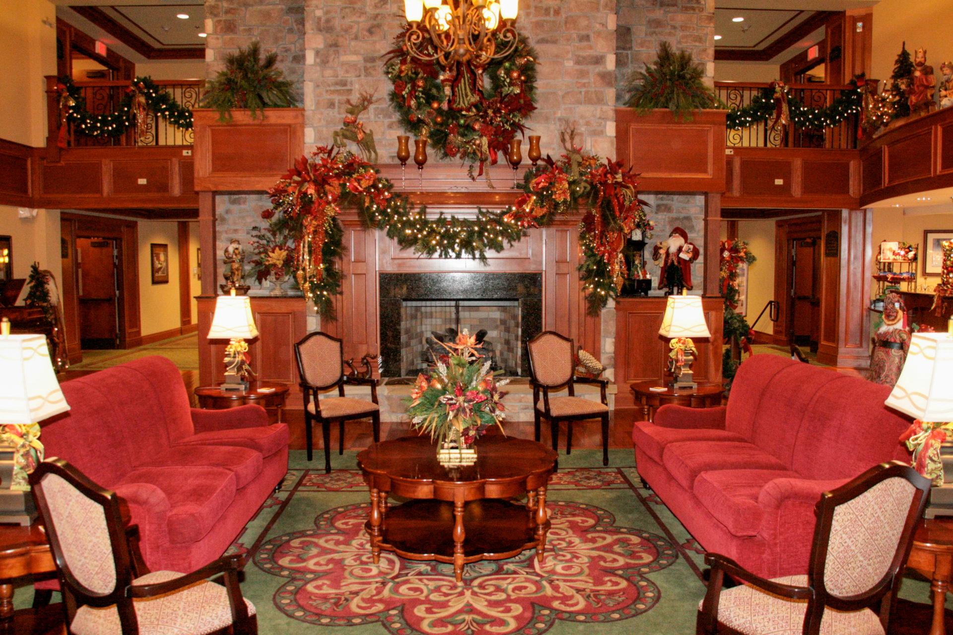 Weihnachtliches Wohnzimmer im Inn at Christmas Place in Tennessee