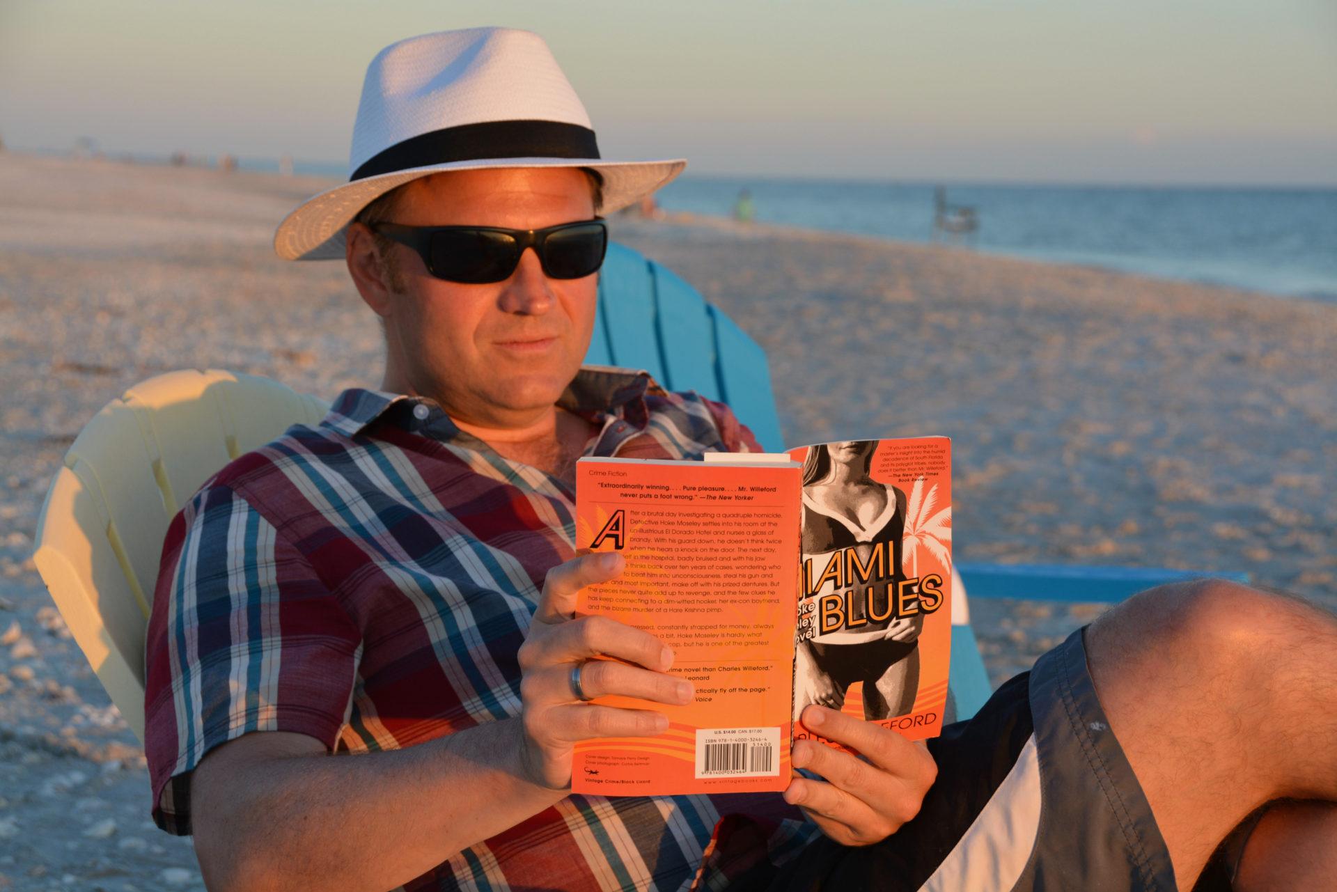 Autor liest auf Sanibel Island in einem Roman von Charles Willeford.
