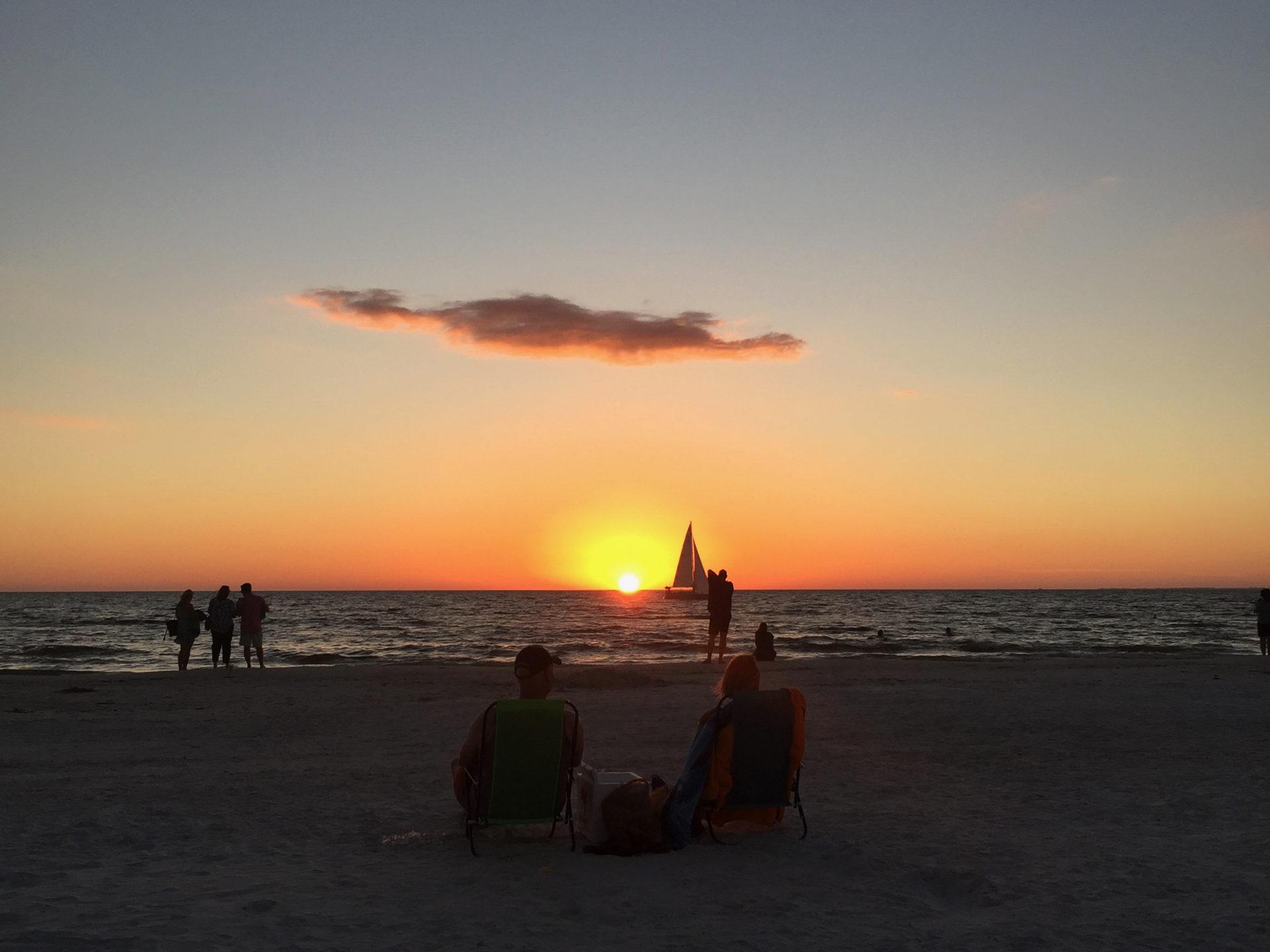 Sonenunterang auf Sanibel Island in Florida mit Segelboot
