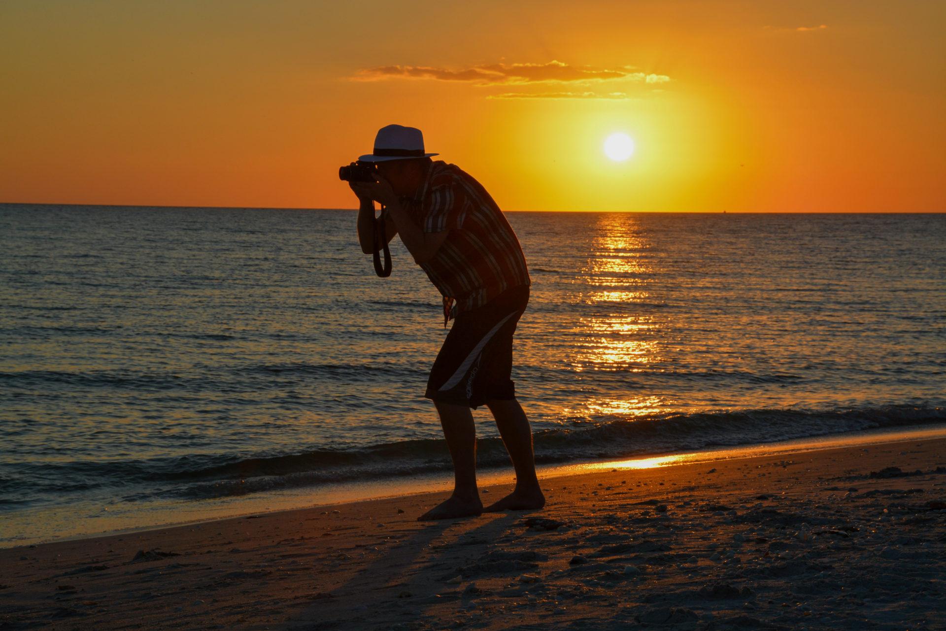 Autor Ralf Johnen auf Sanibel Island mit Kamera im Sonnenuntergang