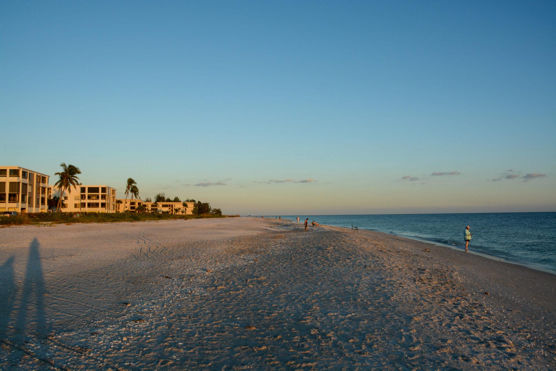 Sonnenuntergang auf Sanibel Island in Florida mit langen Schatten