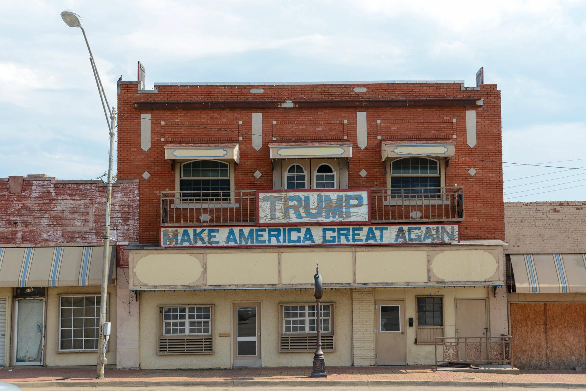 Verblichener Schriftzug mit dem Namen Trump und seinem Motto Make America Great Again