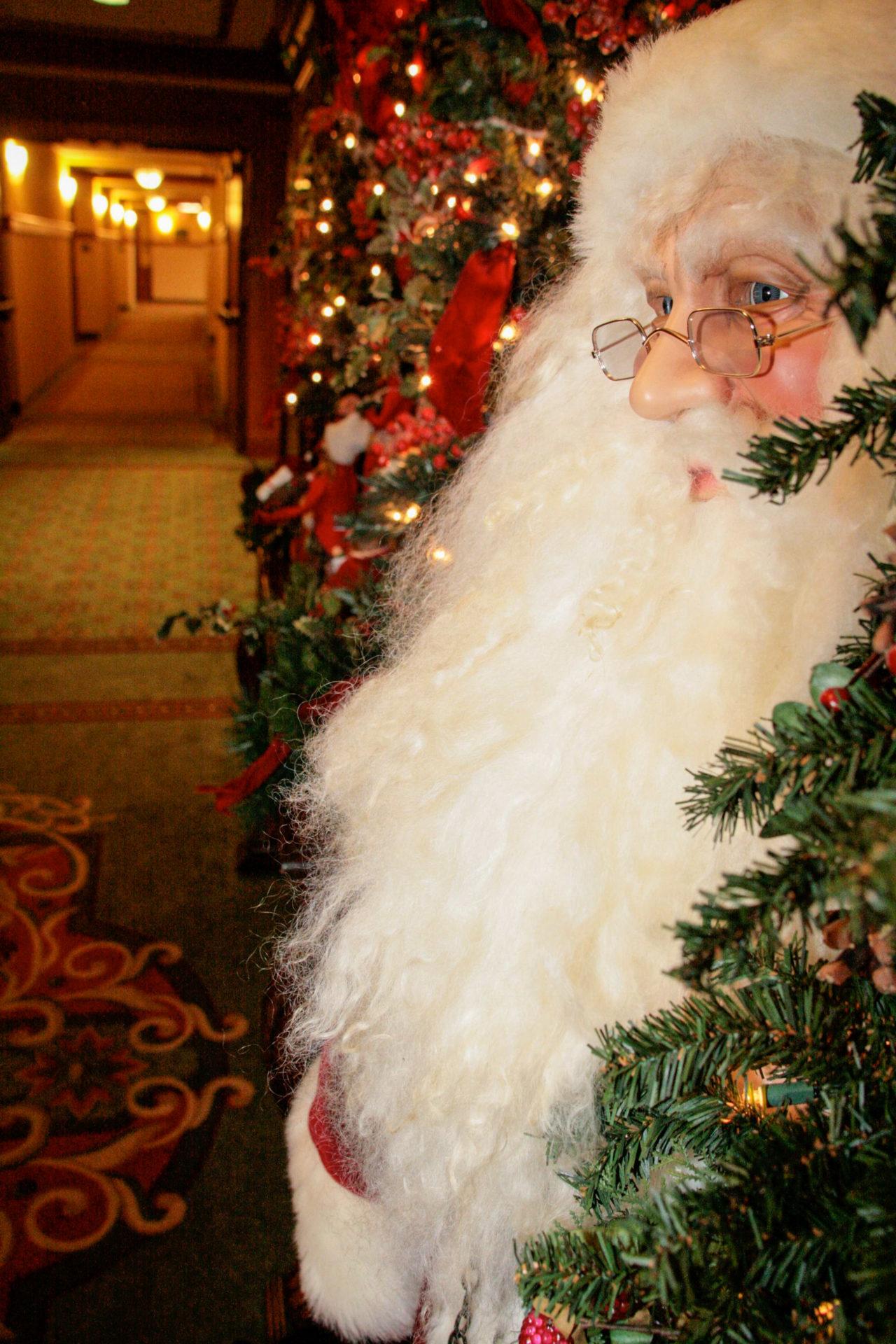 Nachtschicht: Weihnachtsmann aus Wachs wacht über Hotelflur